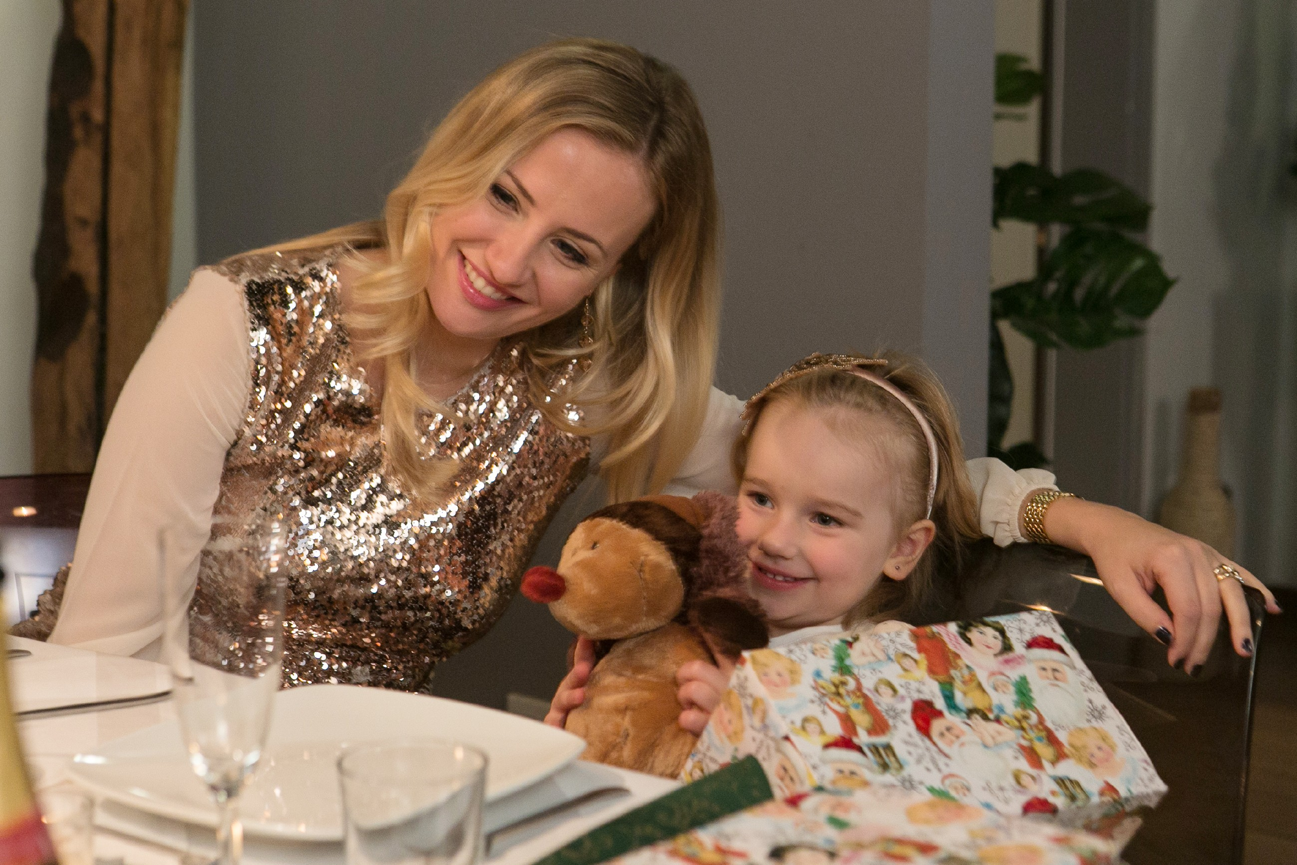 Isabelle (Ania Niedieck, l.) spielt Thomas zuliebe die gute Gastgeberin für dessen Familie und muss gemeinsam mit Sophia (Maya Alexa Moormann) den Weihnachtsabend mit den Brücks verbringen. (Quelle: RTL / Kai Schulz)