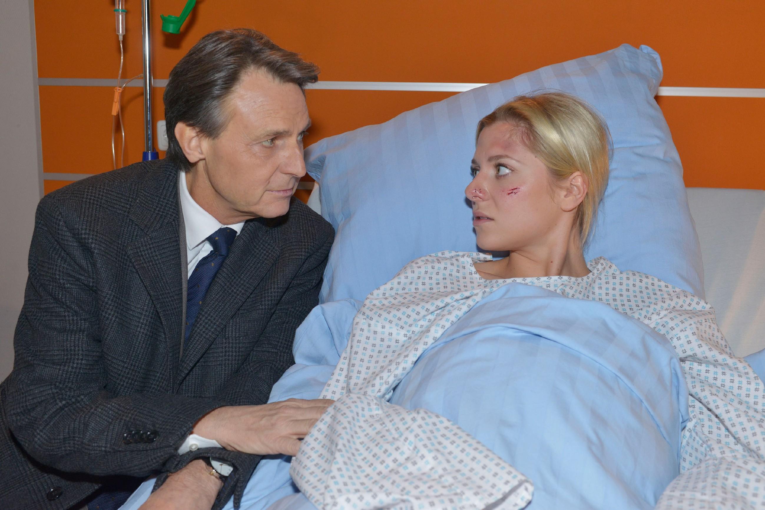 Gerner (Wolfgang Bahro) ist von Sunnys (Valentina Pahde) und Vince' Hochzeitsplänen nicht sonderlich begeistert. (Quelle: RTL / Rolf Baumgartner)