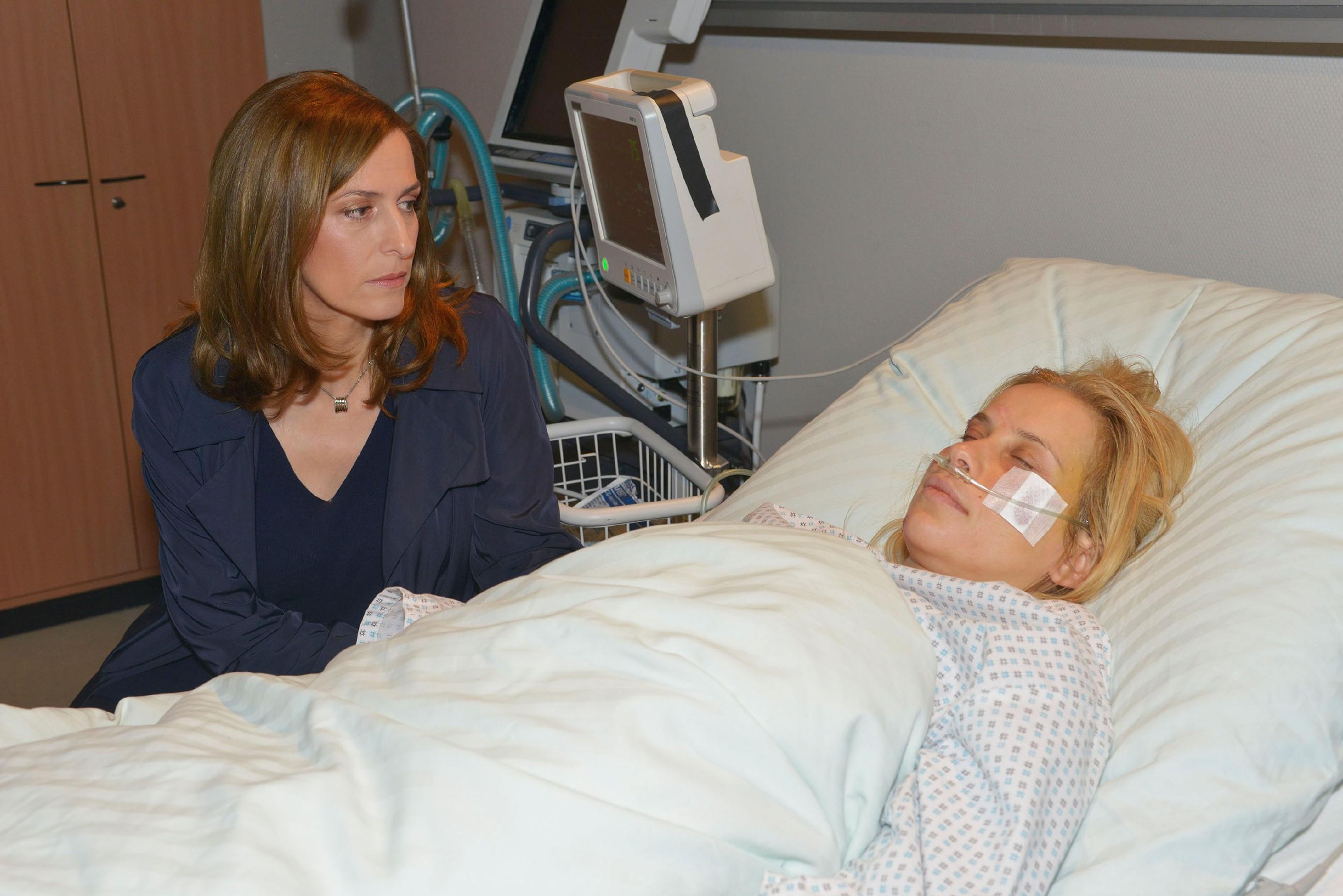 Katrin (Ulrike Frank, l.) bangt um das Leben ihrer Schwester Anna (Suzanne Kockat), die nach einem Unfall komatös im Krankenhaus liegt. (Quelle: RTL / Rolf Baumgartner)