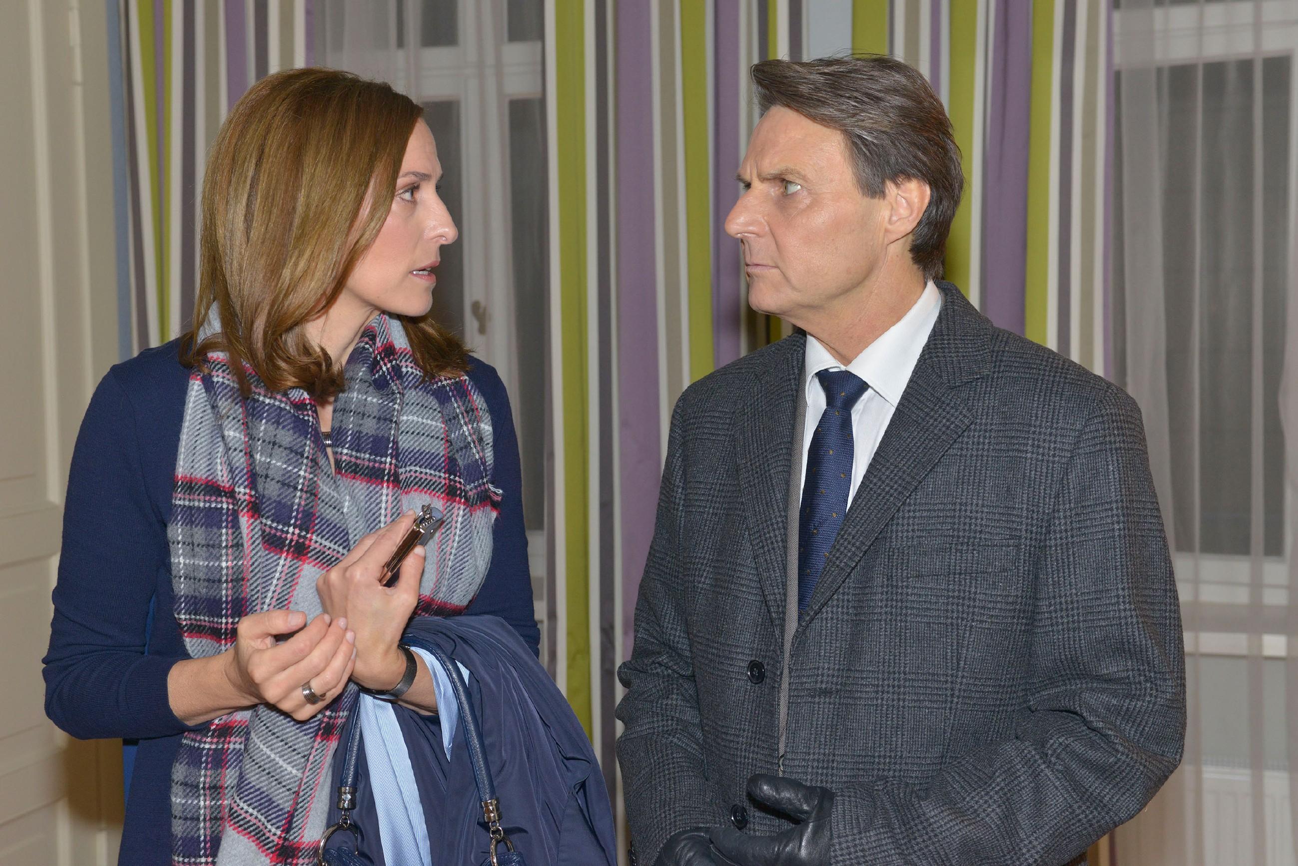 Katrin (Ulrike Frank) erfährt von Gerner (Wolfgang Bahro), dass ihre Schwester Anna nach einem Unfall im Krankenhaus liegt. (Quelle: RTL / Rolf Baumgartner)
