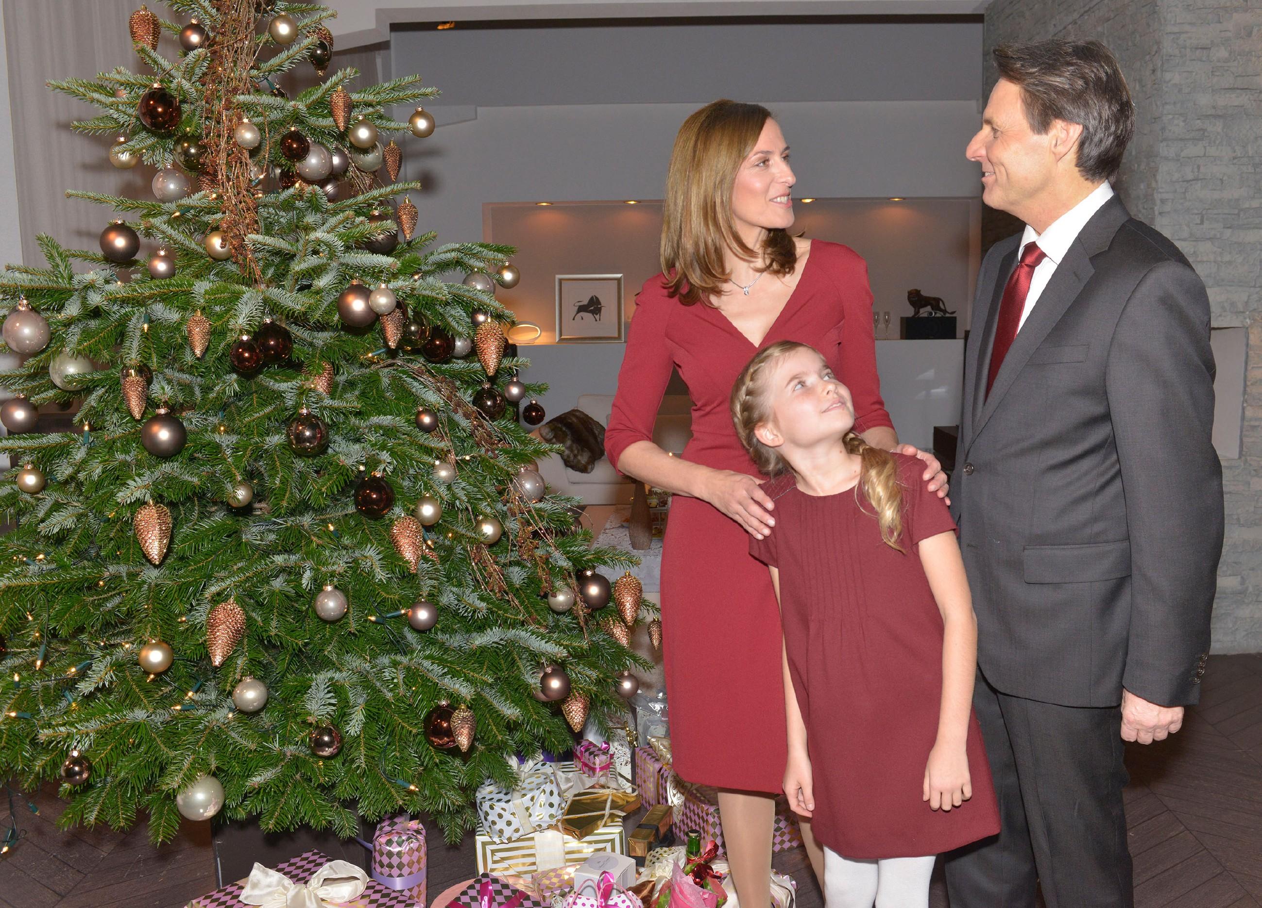 Gerner (Wolfgang Bahro) freut sich auf das Weihnachtsfest mit Katrin (Ulrike Frank) und Johanna (Charlott Reschke) und ahnt nicht, dass der wütende David auf dem Weg zu ihm ist... (Quelle: RTL / Rolf Baumgartner)