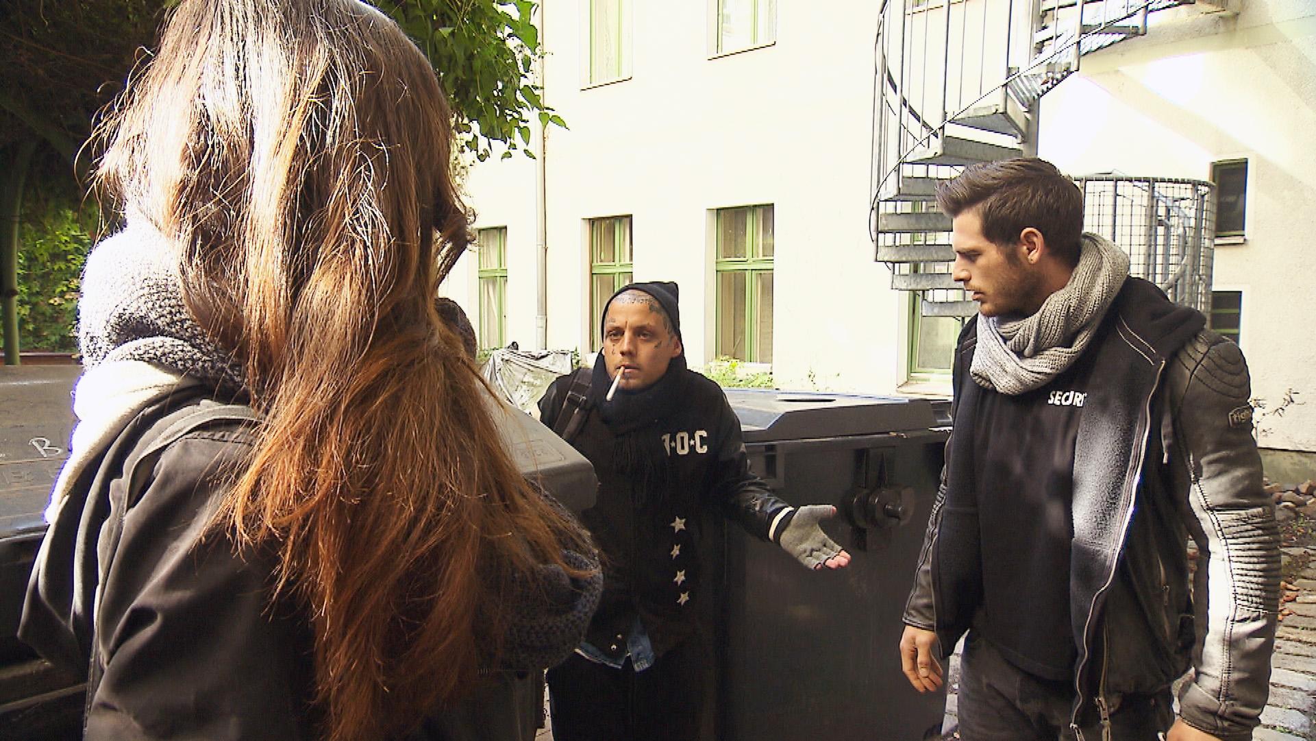 Caro muss feststellen, dass Niklas die Nacht in der Mülltonne vor dem Loft verbracht hat. Sie will ihn schnell loswerden, doch Daniel besteht darauf, dass der obdachlose Niklas zuerst einmal in der Matrix-WG unterkommt. (Quelle: RTL 2)