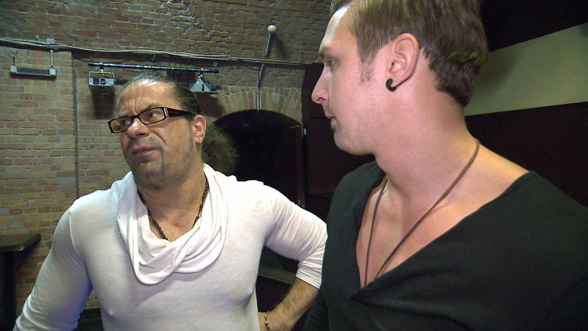 Leon (re.) unternimmt nochmal einen Versuch, um von Piet (li.) seinen alten Job zurück zu bekommen. (Quelle: RTL 2)
