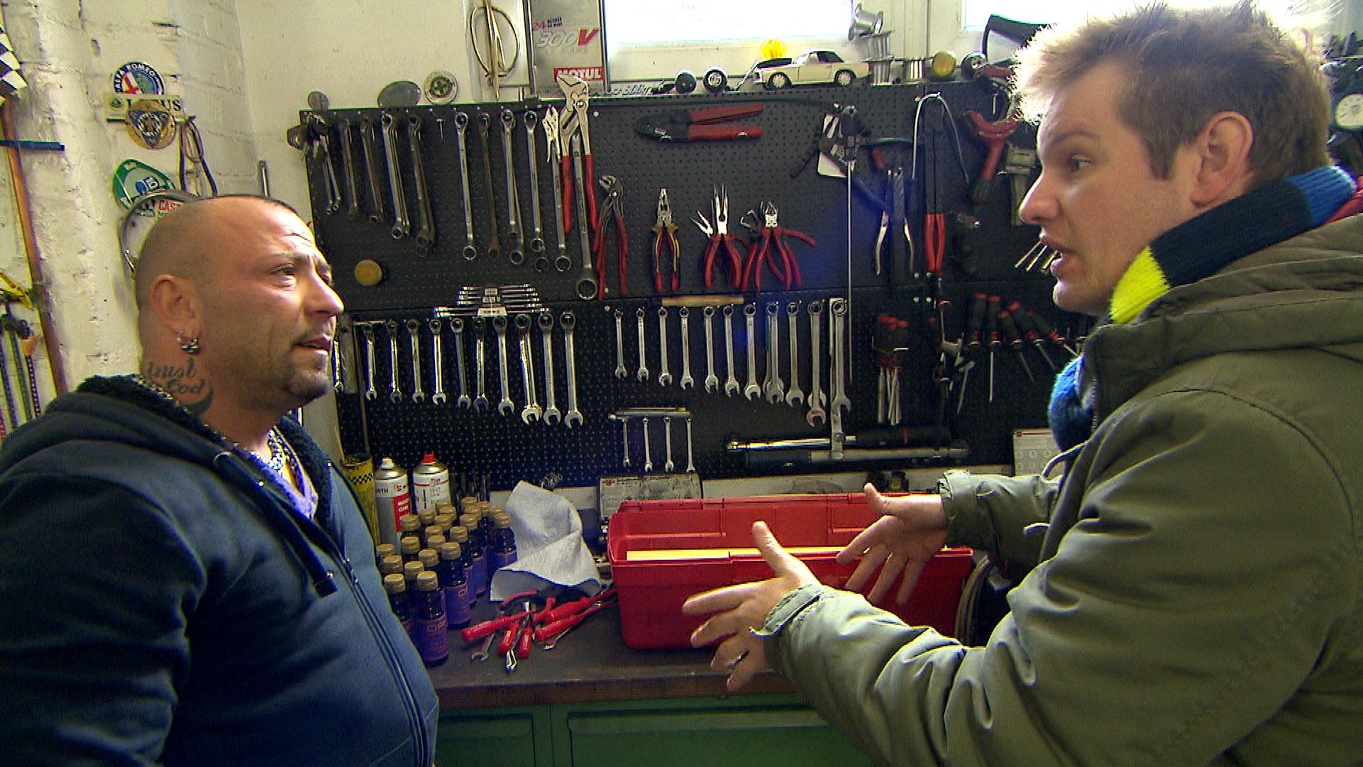 Ole (re.) hat die fixe Idee, seine Shots in Manier eines Staubsaugervertreters unter die Leute zu bringen. Fabrizio (li.) will ihn dabei begleiten.. (Quelle: RTL 2)