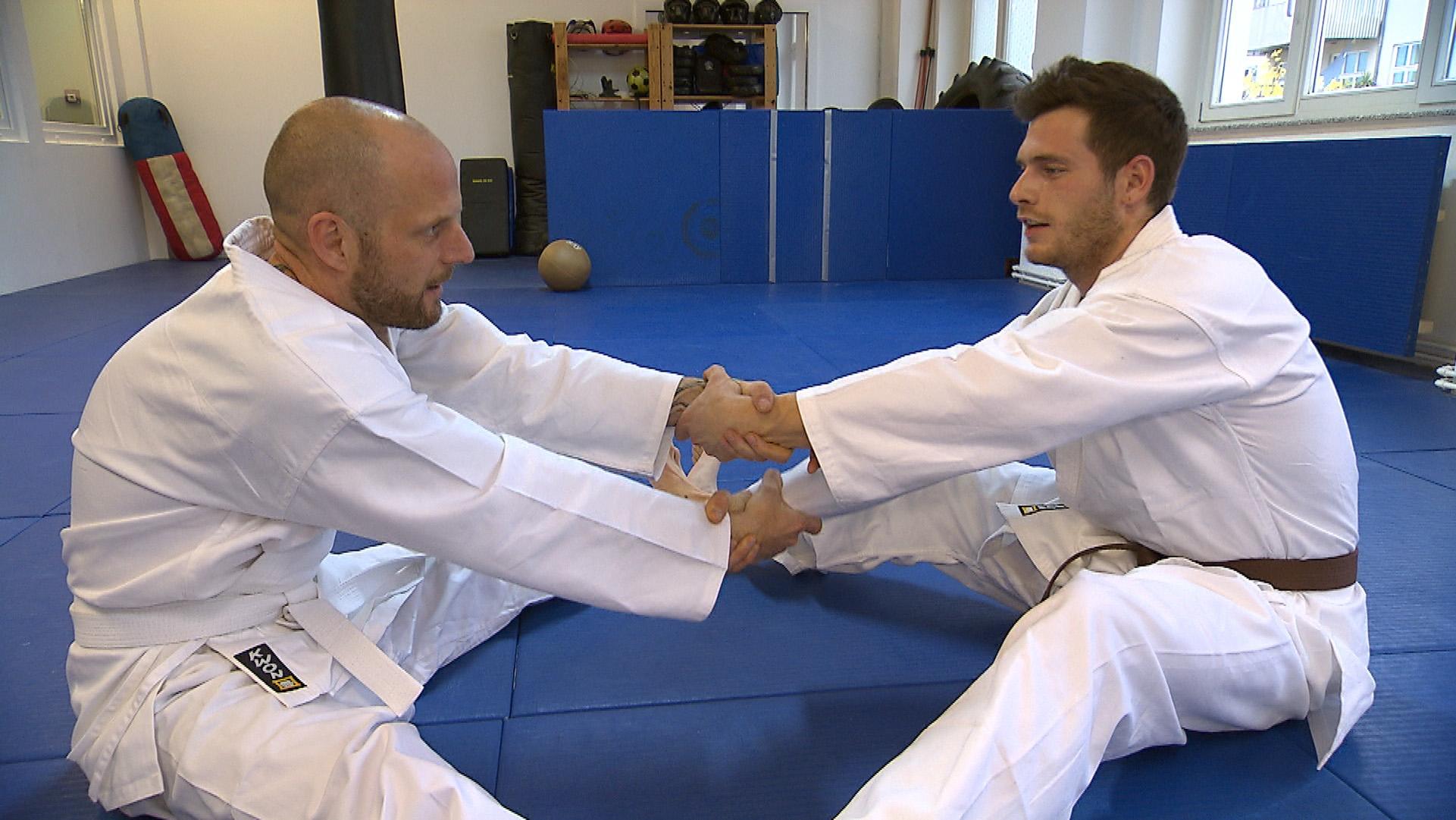 Daniel (re.) und sein Vater Axel (li.) beim Karate-Training (Quelle: RTL 2)