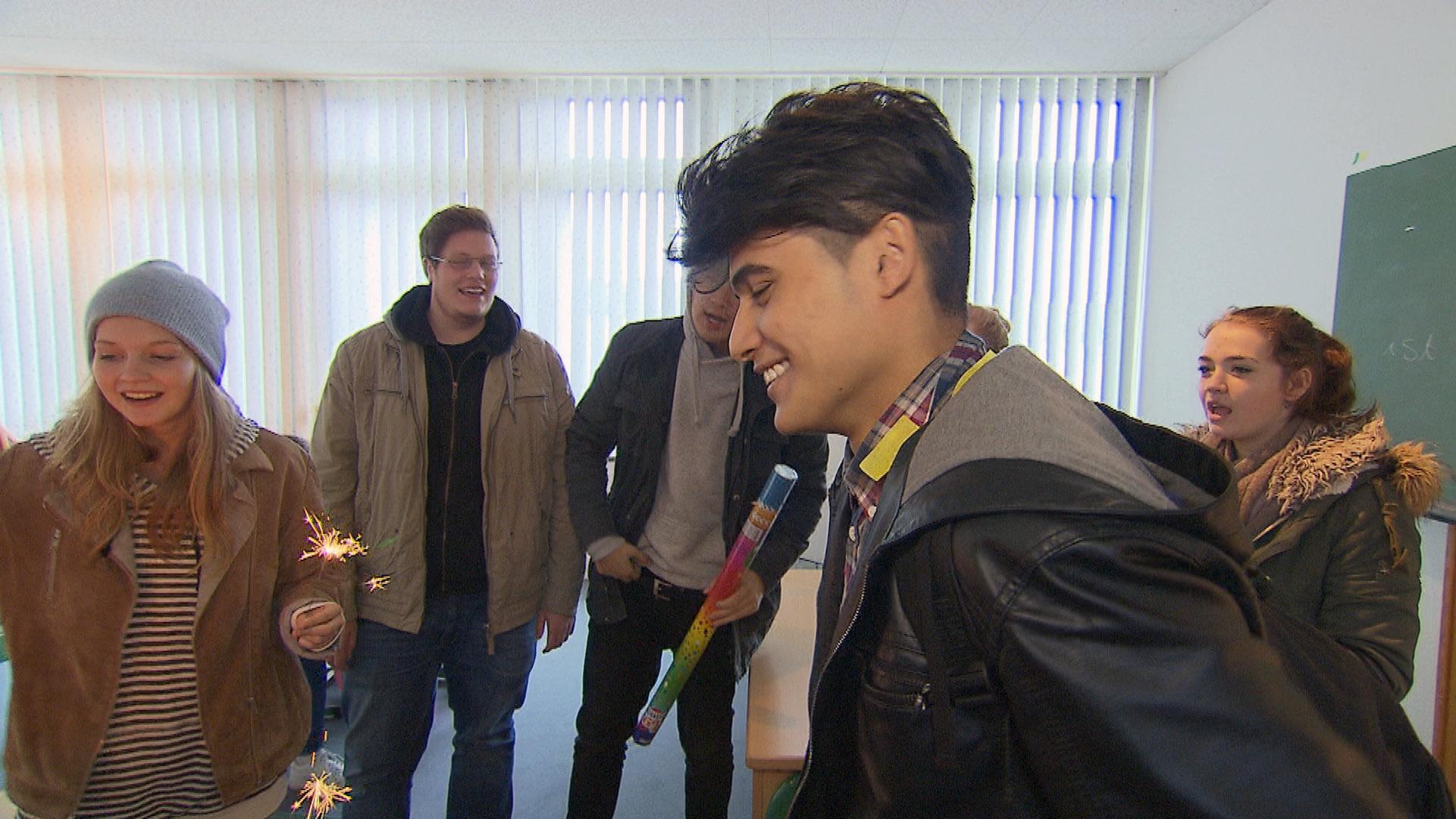 Yanick gerät an seinem Geburtstag unter Zugzwang, als seine Freunde fordern, dass er einen ausgibt... (Quelle: RTL 2)