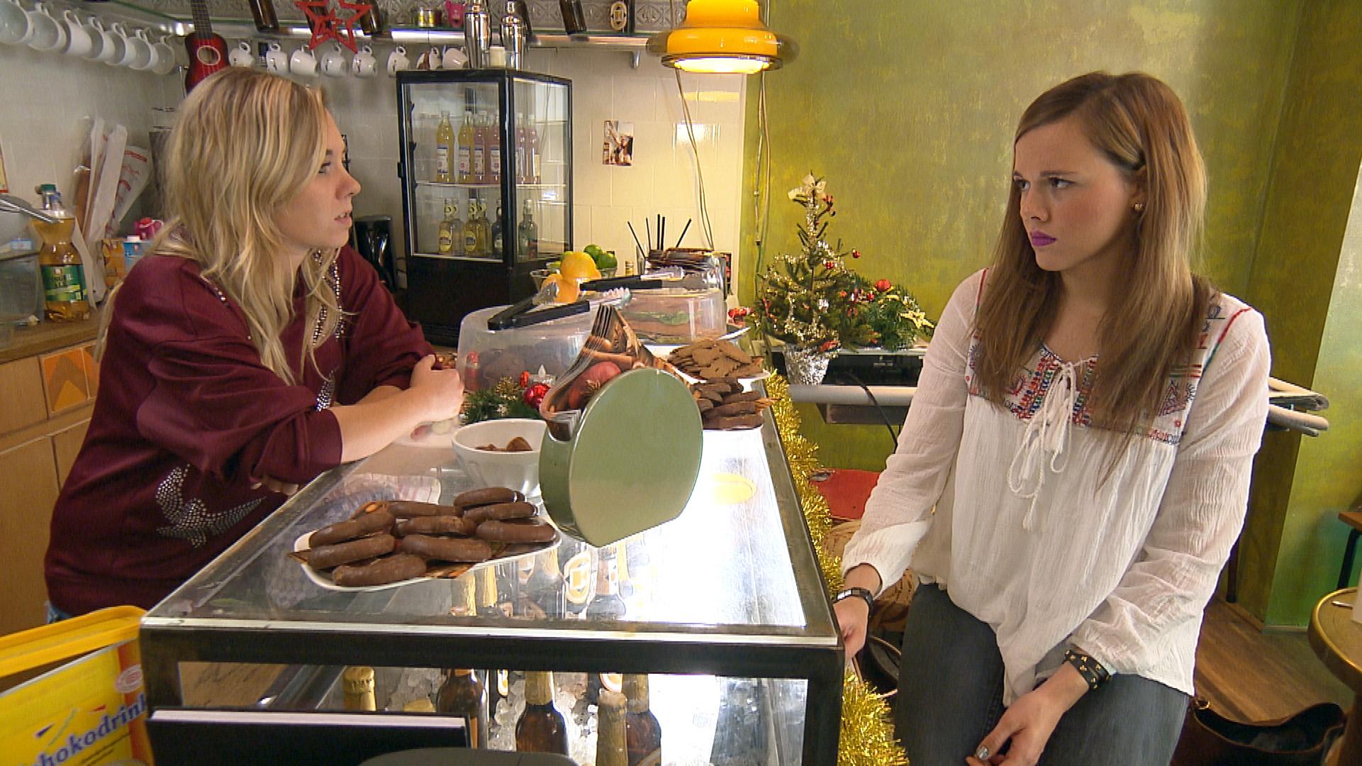 Anna (re.) realisiert, dass sie bei Chris und ihren Freunden keinen guten Stand hat und ihr schlechtes Gewissen macht ihr zu schaffen. Traurig stellt sie sich die Frage, was sie in Köln noch hält. (Foto, li.: Chantal) (Quelle: RTL 2)