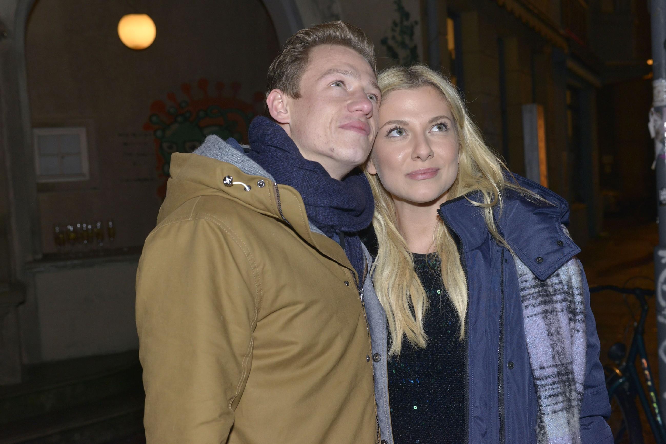 Vince (Vincent Krüger) und Sunny (Valentina Pahde) genießen in der Silvesternacht ihr Glück und freuen sich auf das kommende Jahr.