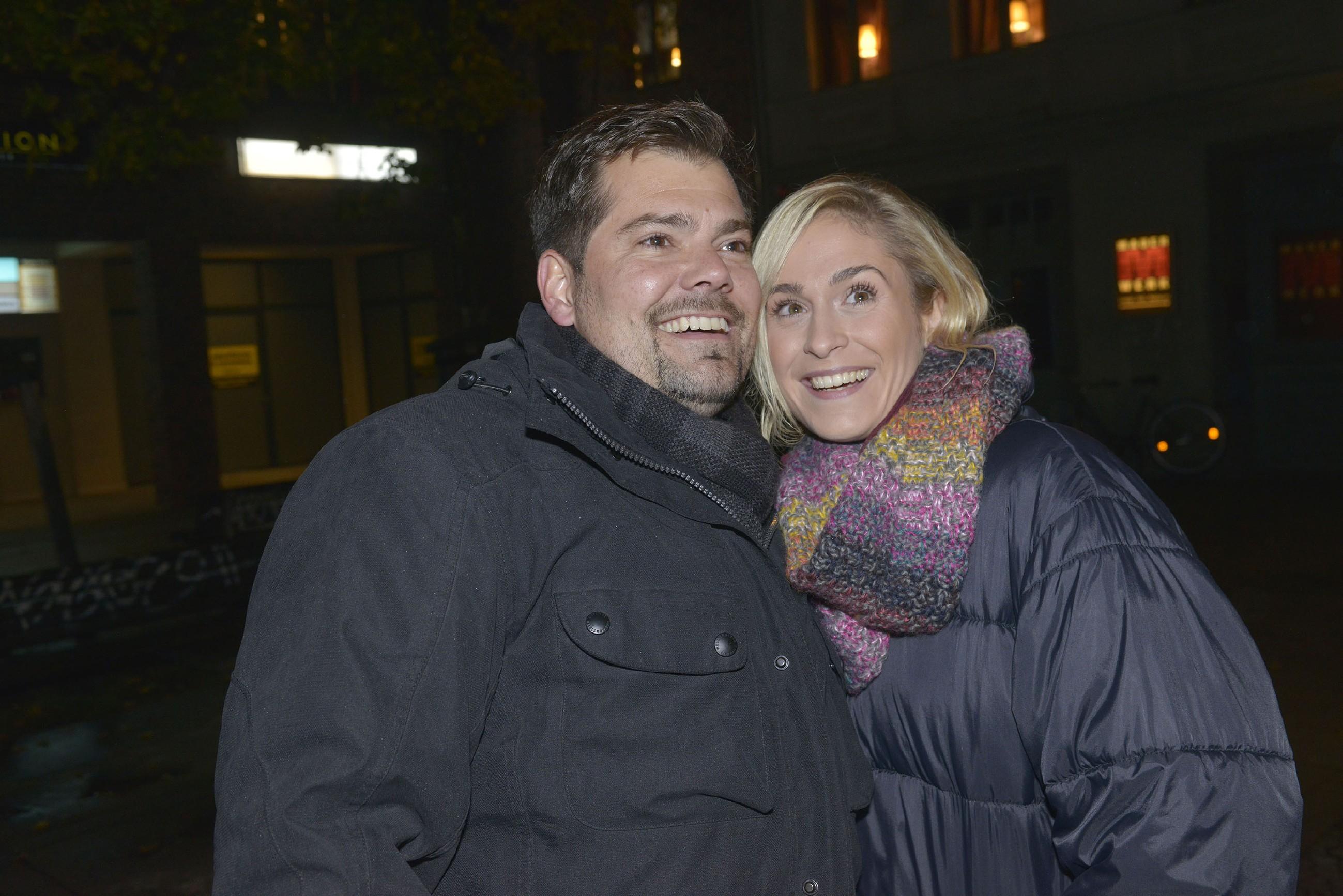 Leon (Daniel Fehlow) und Sophie (Lea Marlen Woitack) feiern glücklich Silvester und hoffen auf ein sorgenfreies und gesundes neues Jahr. (Quelle: RTL / Rolf Baumgartner)