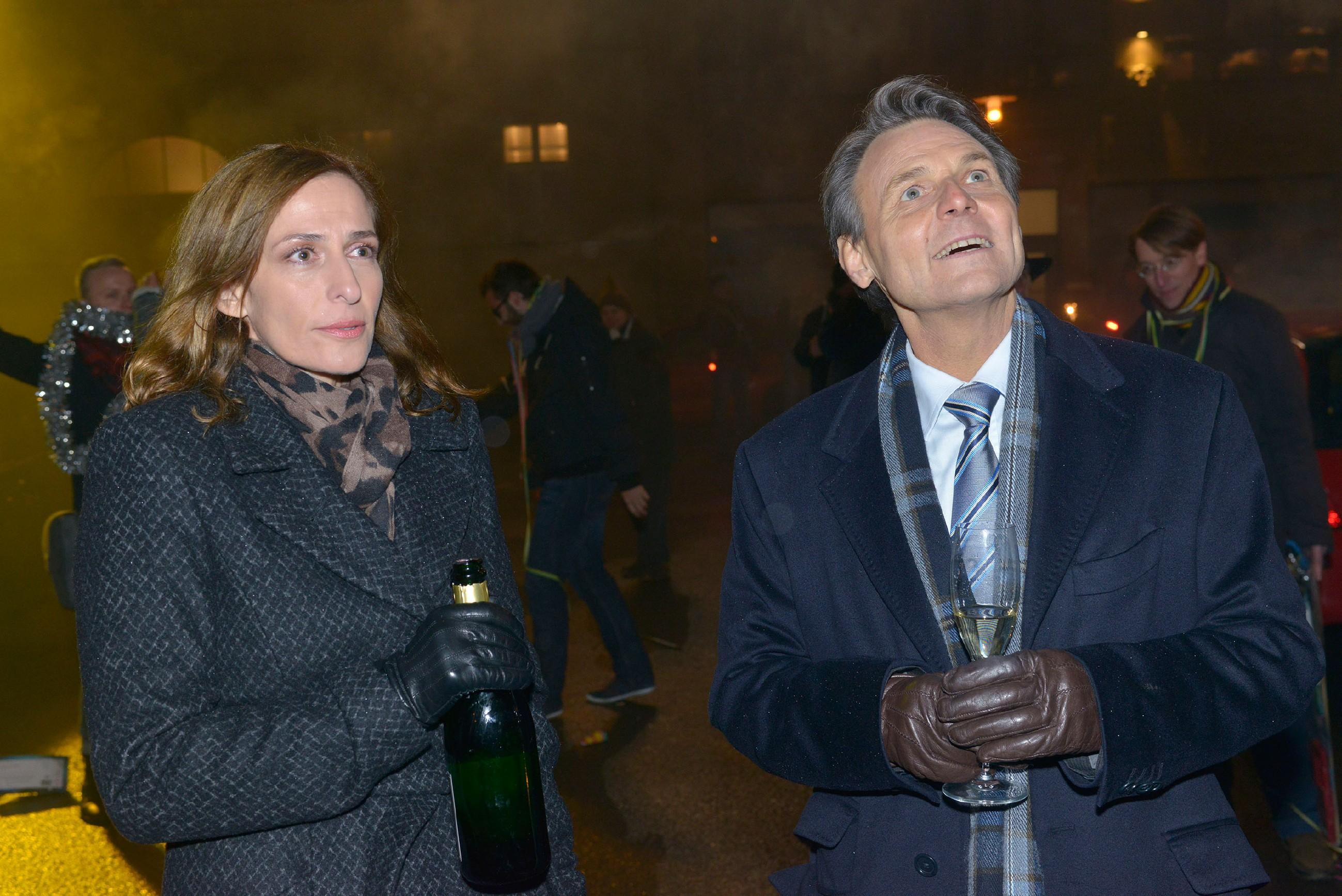 Im Gegensatz zu Gerner (Wolfgang Bahro) kann Katrin (Ulrike Frank) den Jahreswechsel nicht genießen. Was, wenn Anna doch die Wahrheit sagt und Frederic Jasmins Vater ist? (Quelle: RTL / Rolf Baumgartner)