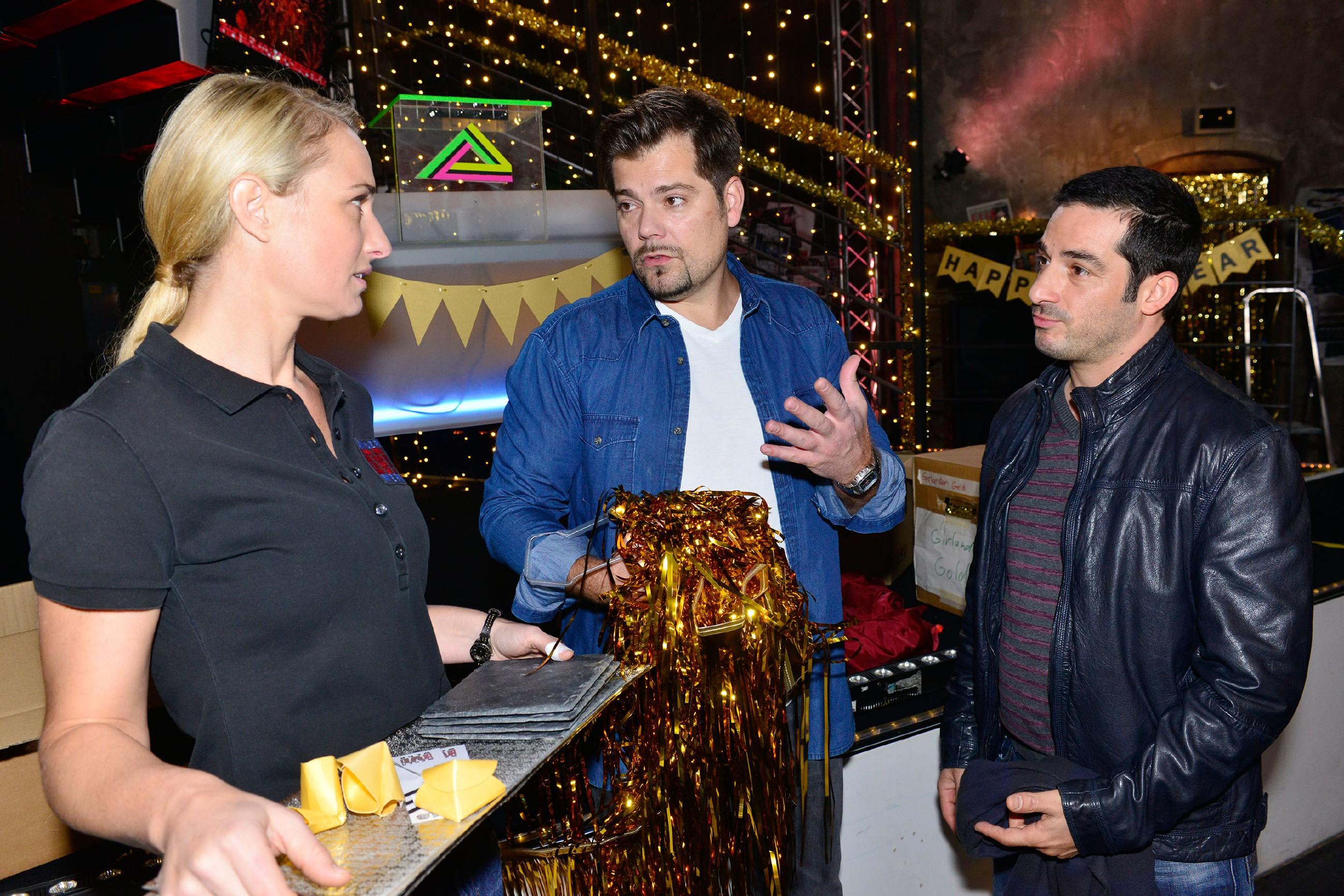 Tayfun (Tayfun Baydar, r.) bringt die Silvesterparty-Vorbereitungen von Leon (Daniel Fehlow) und Maren (Eva Mona Rodekirchen) durcheinander. (Quelle: RTL / Rolf Baumgartner)
