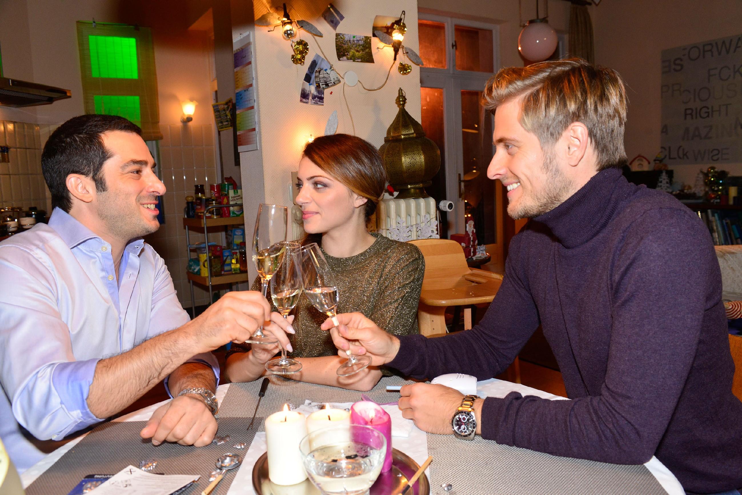 Tayfun (Tayfun Baydar, l.), Emily (Anne Menden) und Philip (Jörn Schlönvoigt) reflektieren ihre Fehltritte des letzten Jahres und stoßen auf ein hoffentlich unbeschwertes 2016 an. (Quelle: RTL / Rolf Baumgartner)
