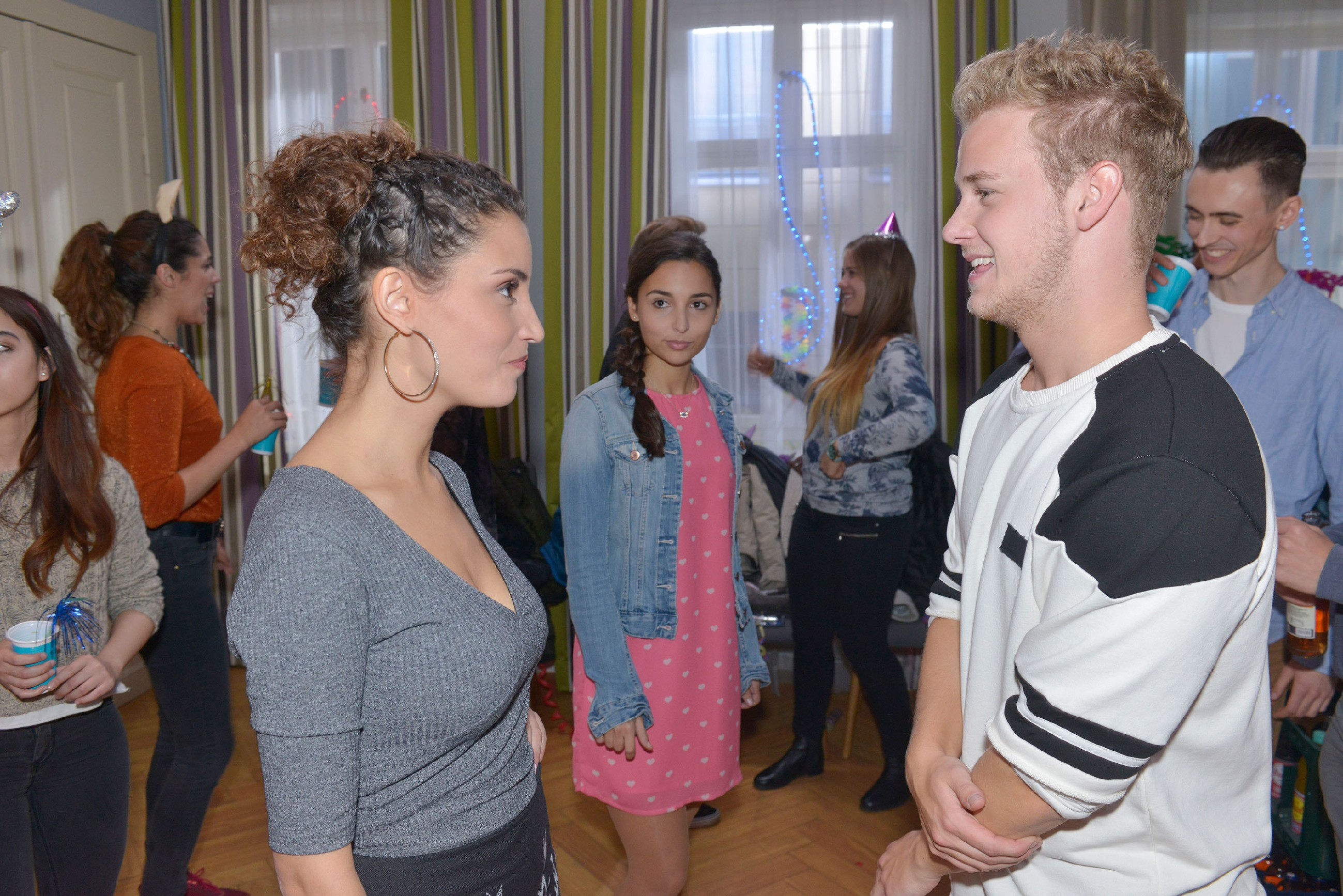 Selma (Rona Özkan, M.) ist peinlich berührt, als Ayla (Nadine Menz) darauf besteht, sie zu Jonas' (Felix van Deventer) Silvesterparty zu begleiten. (Quelle: RTL / Rolf Baumgartner)
