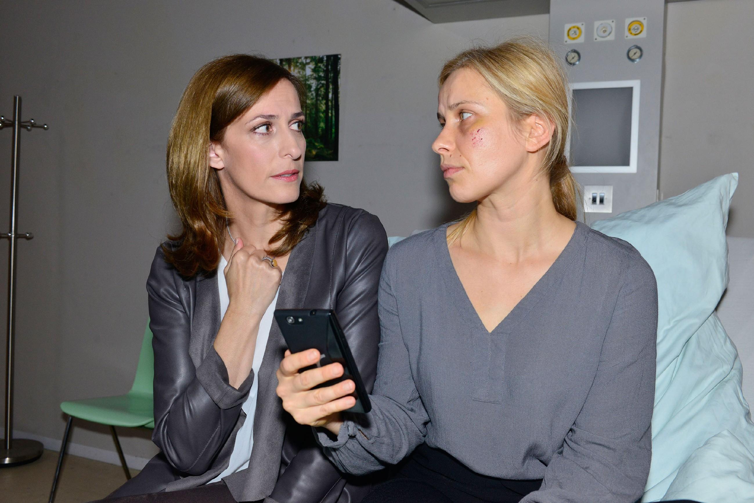 Katrin (Ulrike Frank, l.) hat Anna (Suzanne Kockat) gebeten, Rico anzurufen. Als am anderen Ende die Mailbox von Frederic anspringt, kann Katrin die Wahrheit, dass Frederic Jasmins Vater ist, nicht länger leugnen... (Quelle: RTL / Rolf Baumgartner)