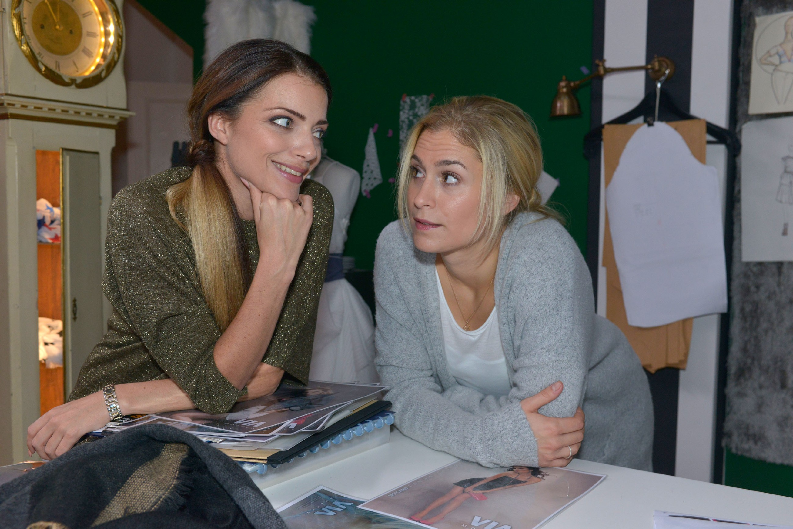 Emily (Anne Menden, l.) und Sophie (Lea Marlen Woitack) überlegen, wen sie als Model für Tussi Attack buchen könnten. (Quelle: RTL / Rolf Baumgartner)
