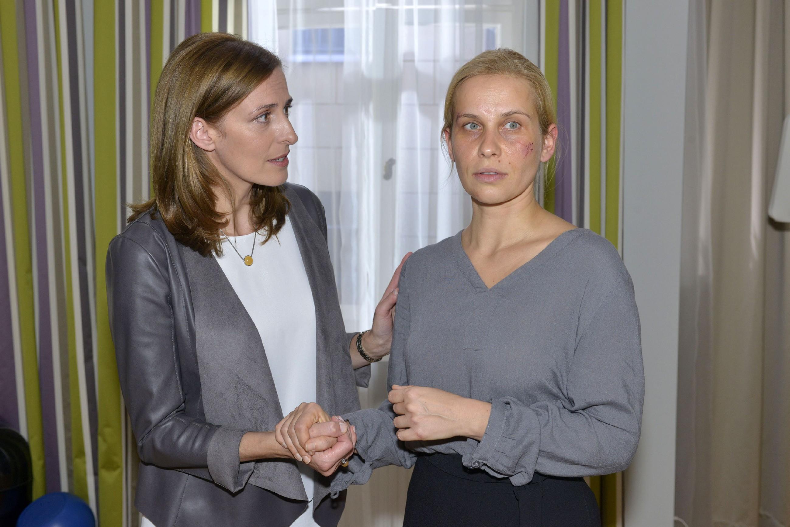 Anna (Suzanne Kockat, r.) wurde von Katrin (Ulrike Frank) aus dem Krankenhaus abgeholt und beginnt sich allmählich an ihre Begegnung mit Rico zu erinnern. Kommt die Wahrheit nun endlich ans Licht? (Quelle: RTL / Rolf Baumgartner)