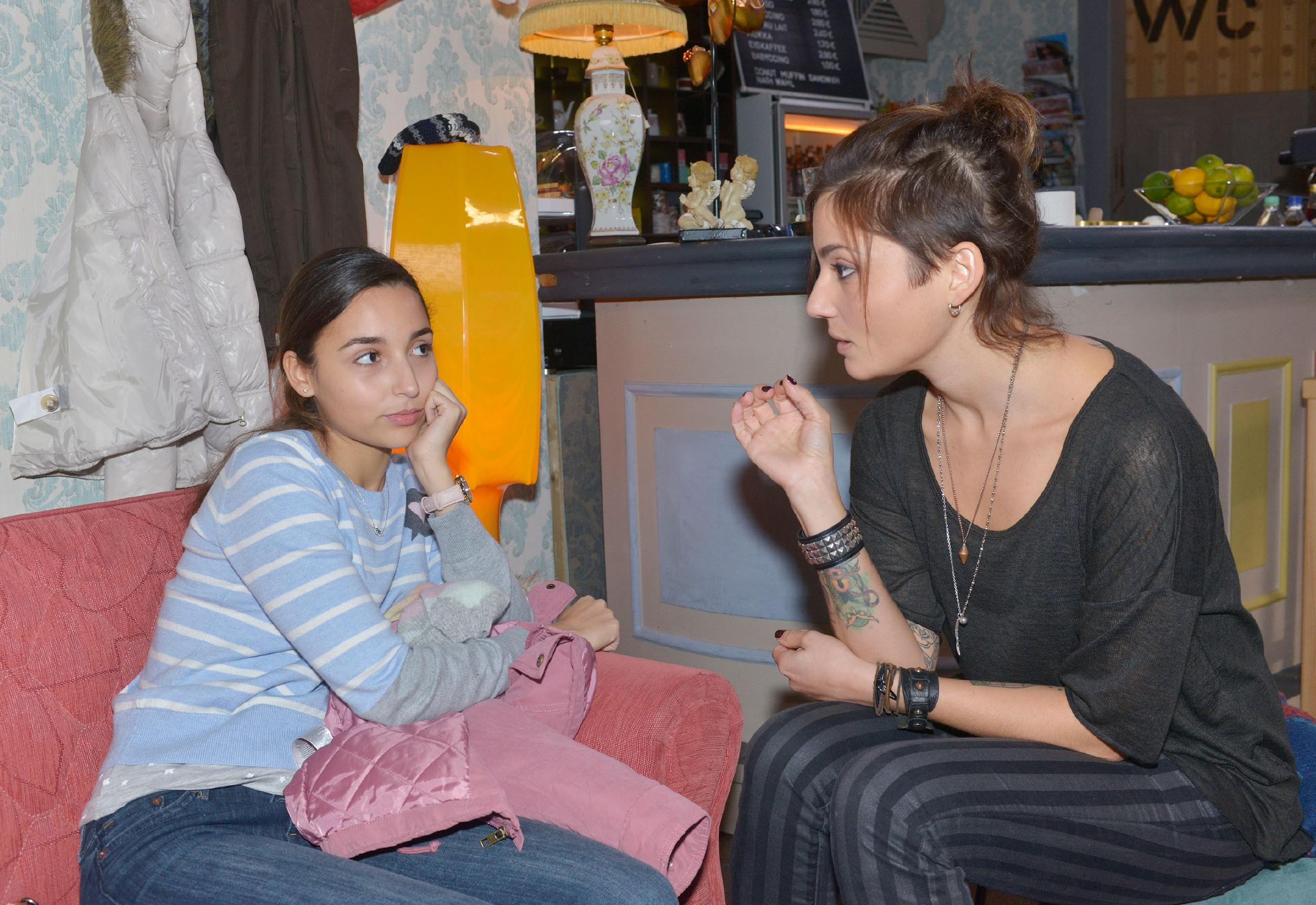 Anni (Linda Marlen Runge, r.) versucht Selma (Rona Özkan) in Bezug auf Jonas Mut zu machen. (Quelle: RTL / Rolf Baumgartner)