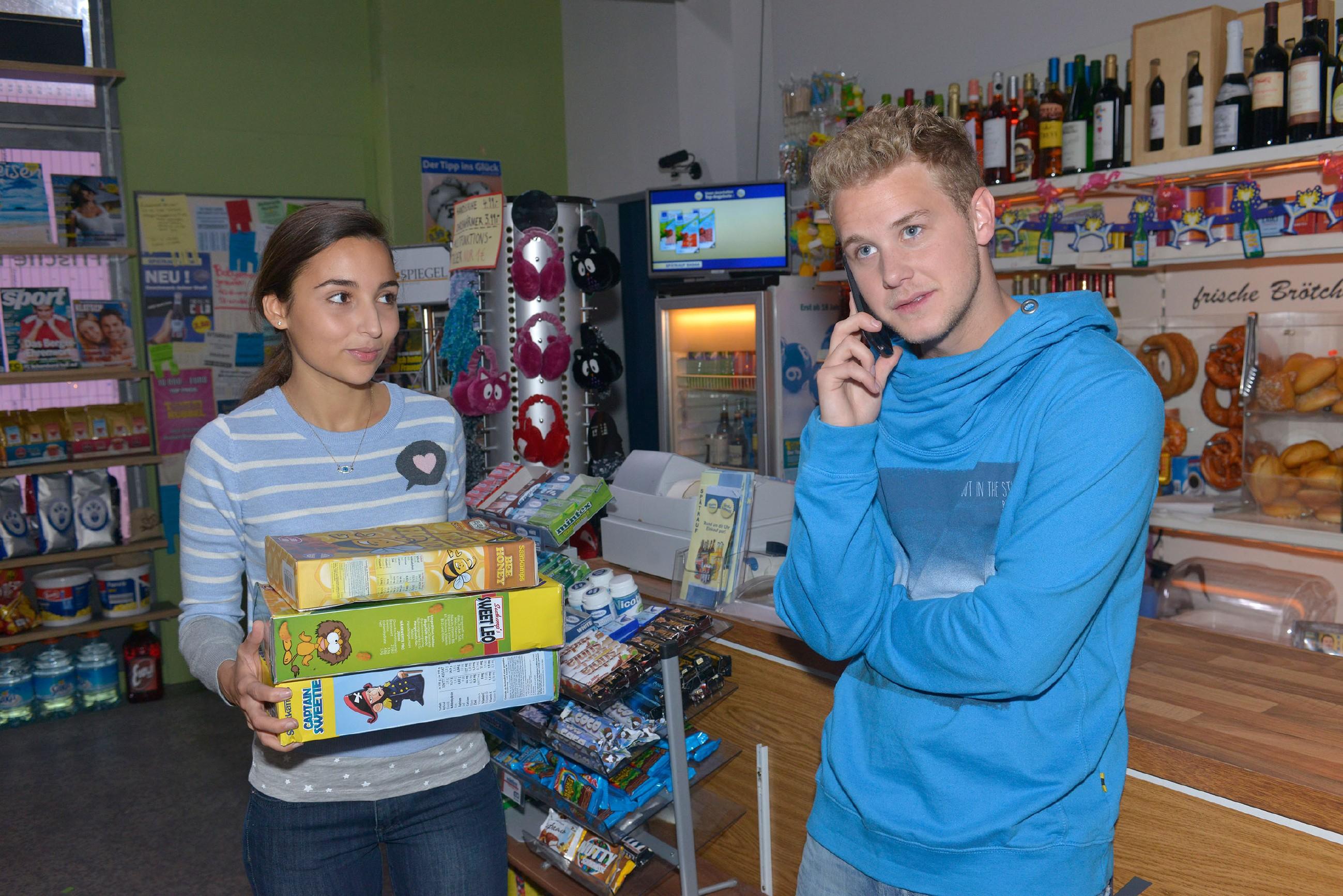Selma (Rona Özkan) will ihrem heimlichen Schwarm Jonas (Felix van Deventer) nah sein und hat sich einen Aushilfsjob im Spätkauf erkämpft, doch Jonas nimmt sie kaum wahr... (Quelle: RTL / Rolf Baumgartner)