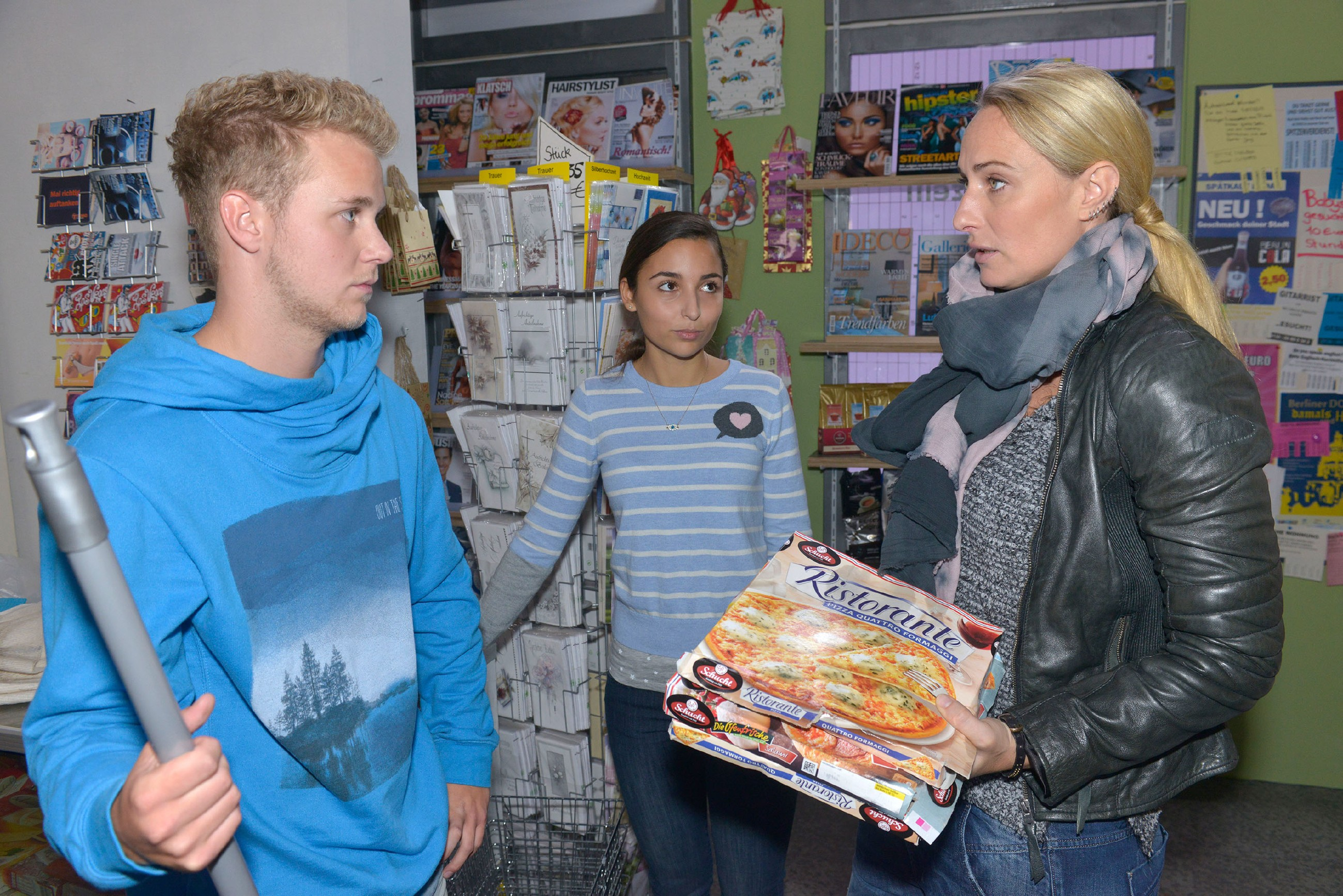 Jonas (Felix van Deventer) realisiert im Beisein von Selma (Rona Özkan, M.) und Maren (Eva Mona Rodekirchen), dass er bei der Arbeit Mist gebaut hat. (Quelle: RTL / Rolf Baumgartner)