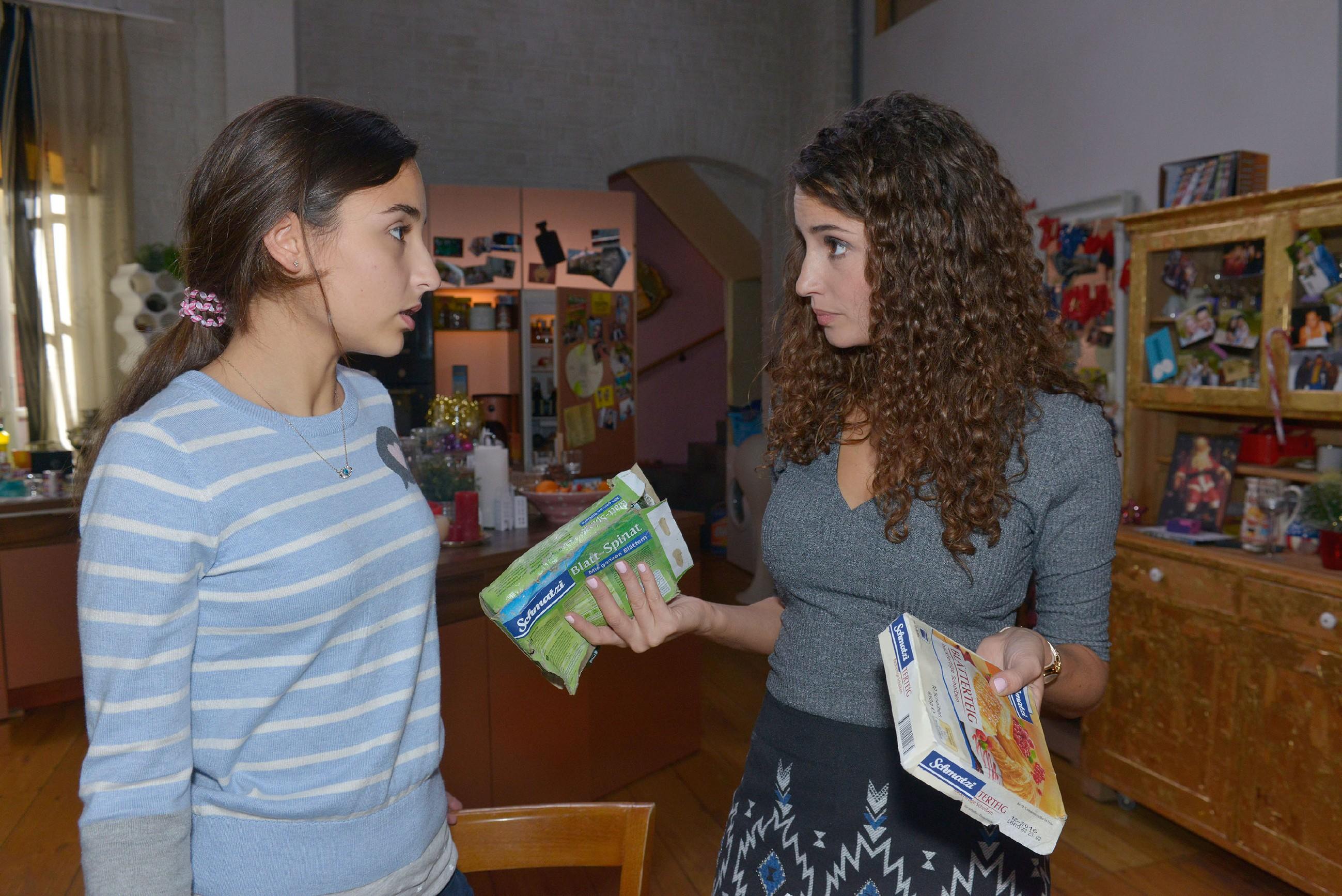 Selma (Rona Özkan, l.) kann vor Ayla (Nadine Menz) nicht verbergen, dass sie für Jonas schwärmt. (Quelle: RTL / Rolf Baumgartner)