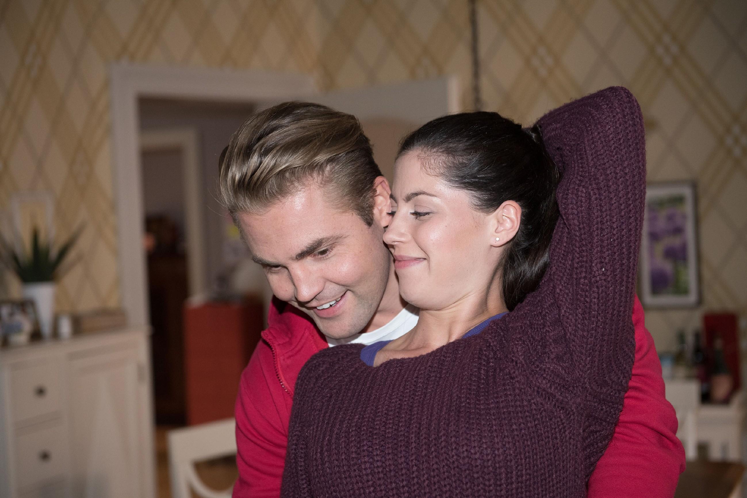 Sina (Valea Katharina Scalabrino) glaubt, die Vergangenheit mit Fiona von nun an hinter sich lassen zu können und freut sich mit Bambi (Benjamin Heinrich) auf das neue Jahr. (Quelle: RTL / Stefan Behrens)