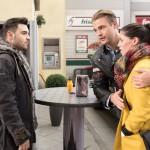 Als Easy (Lars Steinhöfel, l.) Bambi (Benjamin Heinrich) und Sina (Valea Katharina Scalabrino) von seiner Beziehung mit Fiona erzählt, schlägt ihm heftiger Gegenwind von Sina entgegen. (Quelle: RTL / Stefan Behrens)