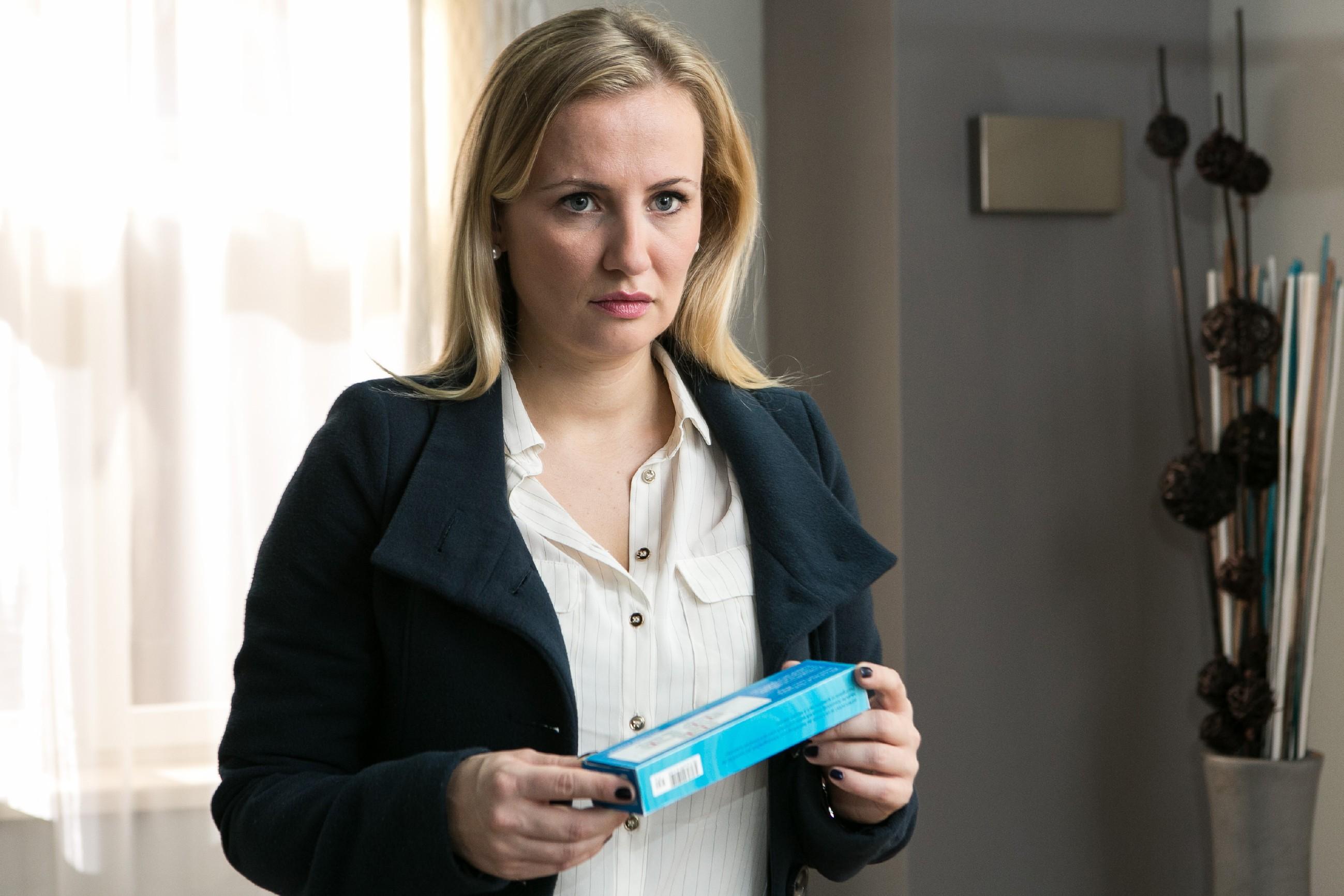 Isabelle (Ania Niedieck) macht heimlich einen Schwangerschaftstest und hofft verzweifelt, dass er negativ ausfällt... (Quelle: RTL / Kai Schulz)