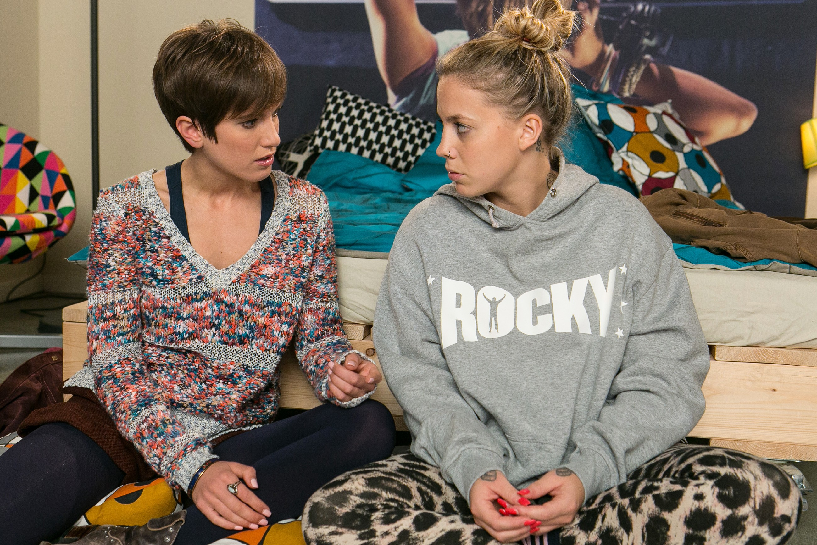 Trotz ihrer eigenen Verzweiflung versucht Pia (Isabell Horn, l.) für Iva (Christina Klein) da zu sein, als sie von den neuesten Entwicklungen hinsichtlich Ivas Stalker erfährt. (Quelle: RTL / Kai Schulz)