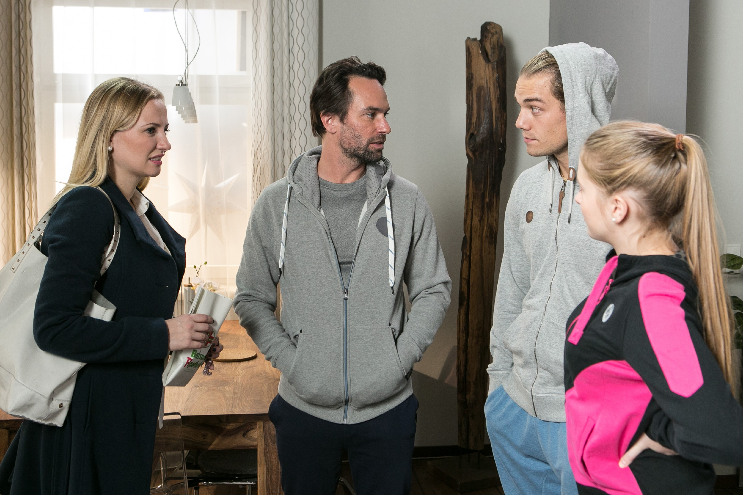 Isabelle (Ania Niedieck, l.) versucht ihren Verdacht, schwanger zu sein, vor Thomas (Daniel Brockhaus, 2.v.l.), Leo (Julian Bayer) und Flo (Julia Albrecht) zu verheimlichen, denn sowohl Thomas als auch Leo kämen in diesem Fall als Väter infrage... (Quelle: RTL / Kai Schulz)