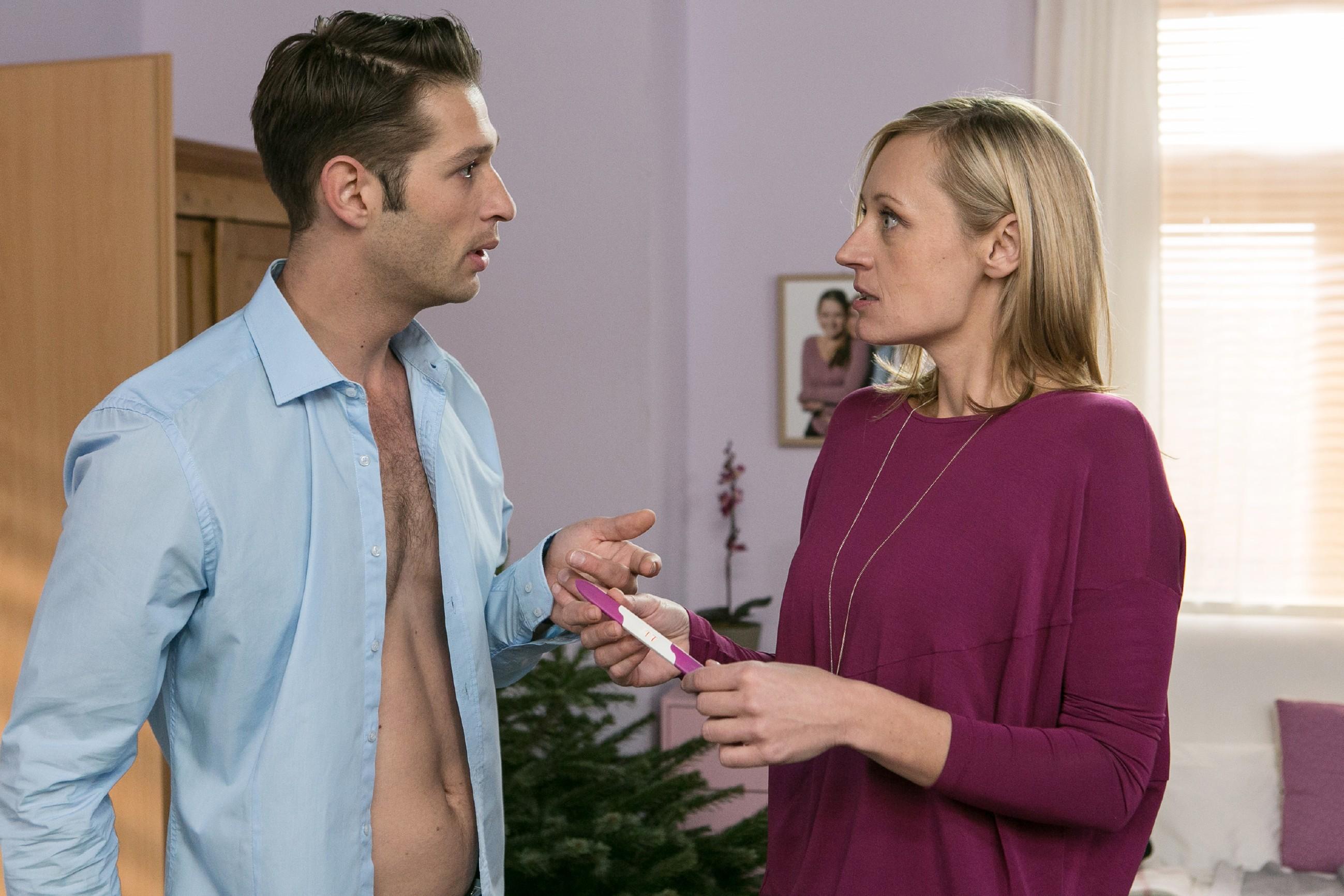 Sonja (Barbara Sotelsek) findet in Deniz' (Igor Dolgatschew) Gegenwart Isabelles Schwangerschaftstest und verdächtigt fälschlicherweise Flo... (Quelle: RTL / Kai Schulz)