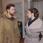 John (Felix von Jascheroff) und Emily (Anne Menden) sind unterschiedlicher Meinung, was Philips Verhalten angeht. (Quelle: RTL / Rolf Baumgartner)