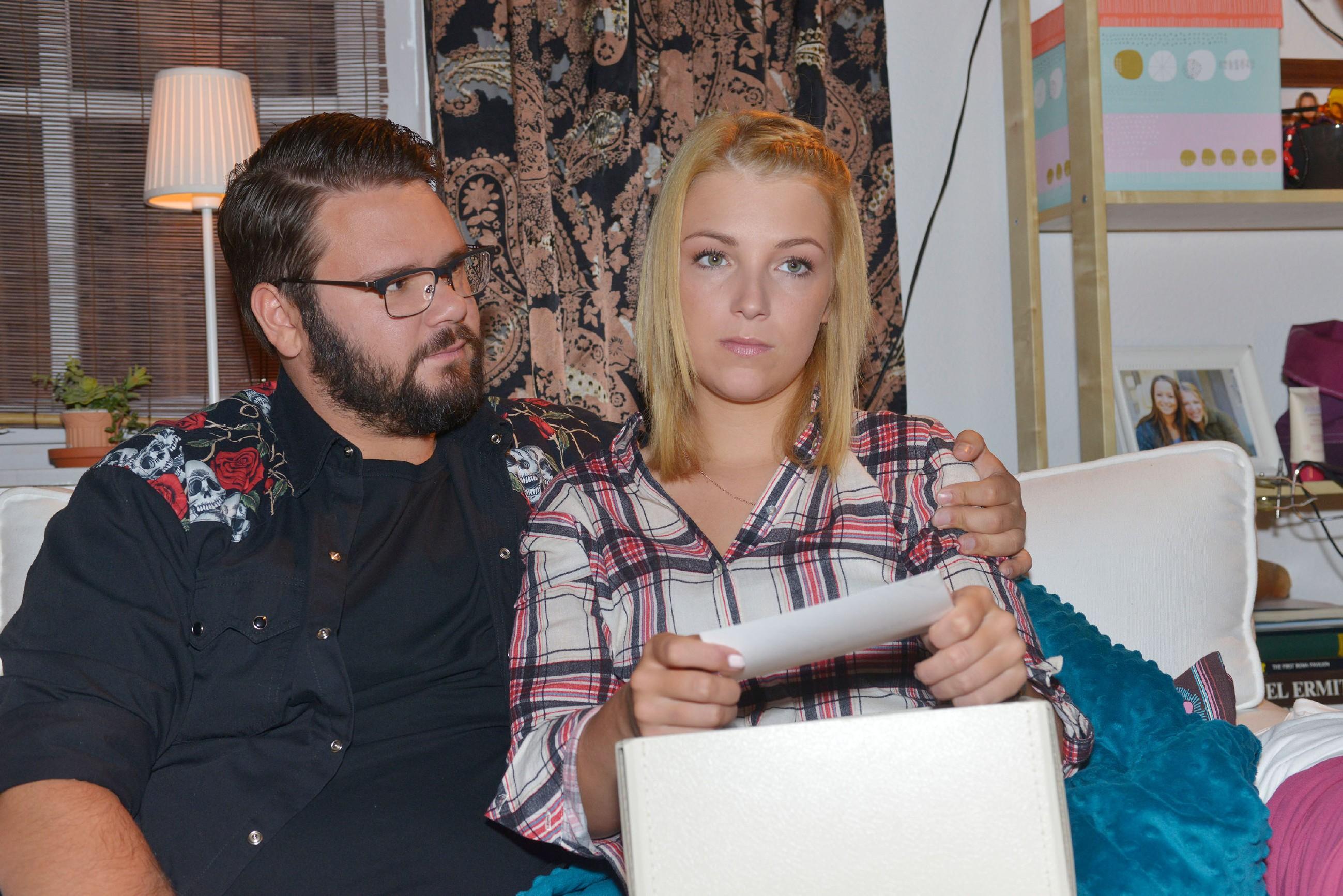 Nach ihrer erfolglosen Suche nach Amar, findet Lilly (Iris Mareike Steen) Trost bei Tuner (Thomas Drechsel) und erkennt, dass sie endlich mit Amar abschließen muss. (Quelle: RTL / Rolf Baumgartner)