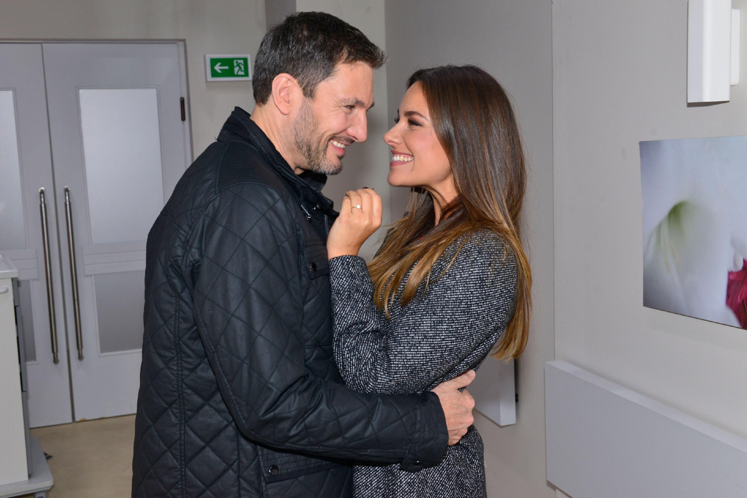 Die ahnungslose Jasmin (Janina Uhse) ist fest entschlossen, Frederic (Dieter Bach) zu heiraten. (Quelle: RTL / Rolf Baumgartner)