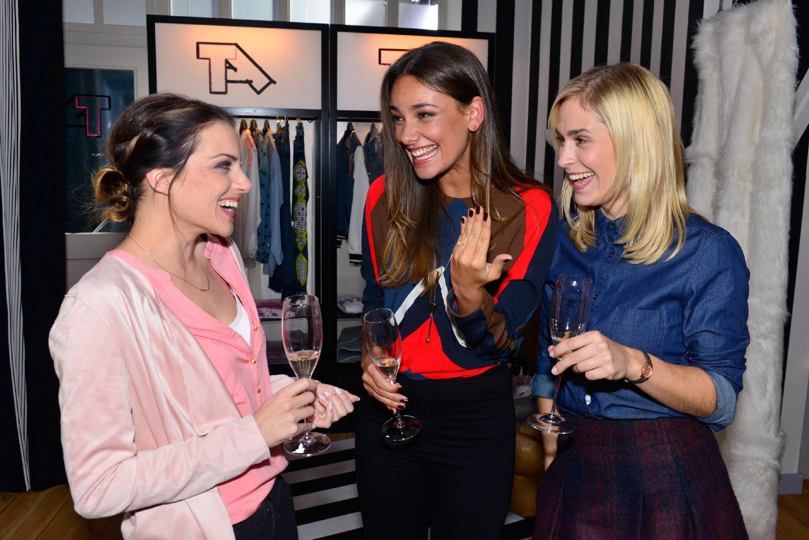 Während Jasmin (Janina Uhse, M.) mit Emily (Anne Menden, l.) und Sophie (Lea Marlen Woitack) spontan ihre Verlobung feiert, eröffnet Katrin Frederic gerade die bittere Wahrheit...