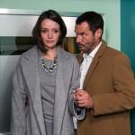 Jenny (Kaja Schmidt-Tychsen) wird vom Schmerz überrollt und bricht ihn Richards (Silvan-Pierre Leirich) Armen zusammen. (Quelle: RTL / Kai Schulz)