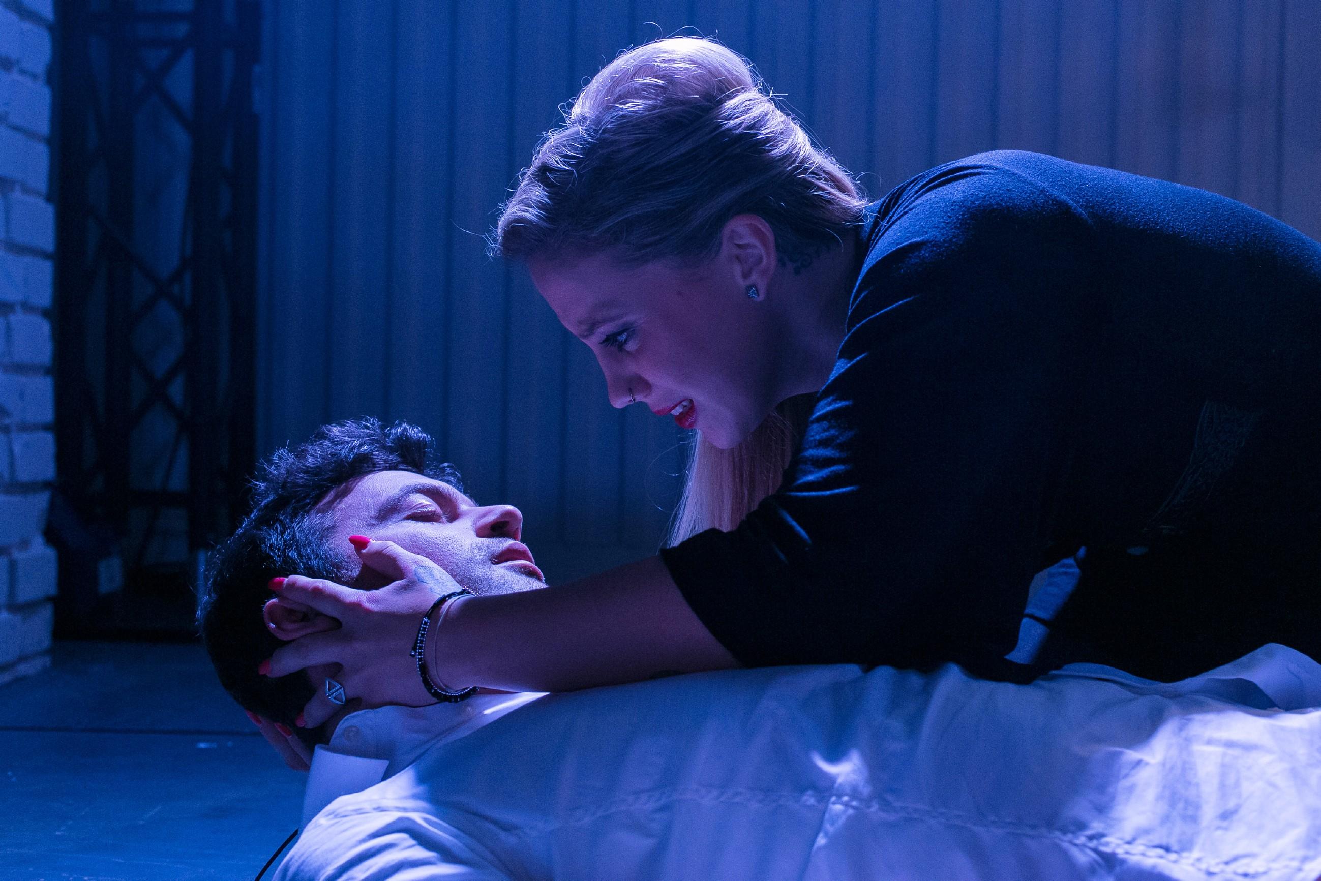 Iva (Christina Klein) realisiert entsetzt, dass Ben (Jörg Rohde) von Matthias' Kugel getroffen wurde, als er sich schützend vor sie geworfen hat... (Quelle: RTL / Kai Schulz)
