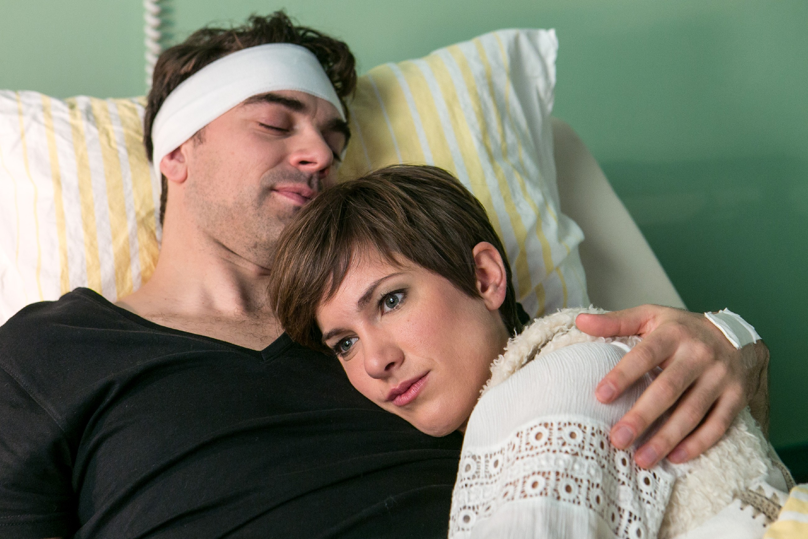 Pia (Isabell Horn) erkennt, dass Veit (Carsten Clemens) seine dunkle Vergangenheit hinter sich lassen will. (Quelle: RTL / Kai Schulz)