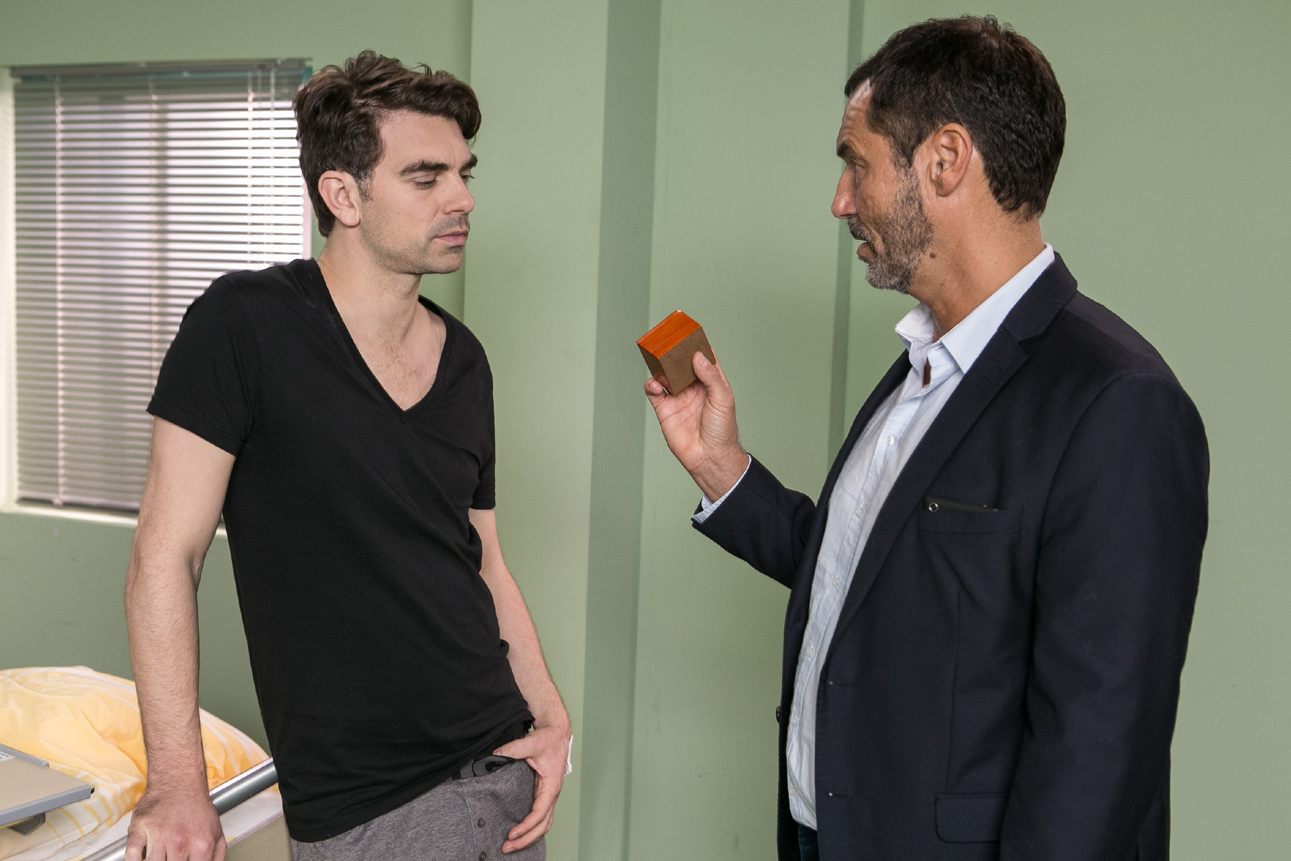 Veit (Carsten Clemens, l.) erkennt alarmiert, dass Richard (Silvan-Pierre Leirich) ihn in der Hand hat und sein Hass auf Richard kocht erneut hoch... (Quelle: RTL / Kai Schulz)