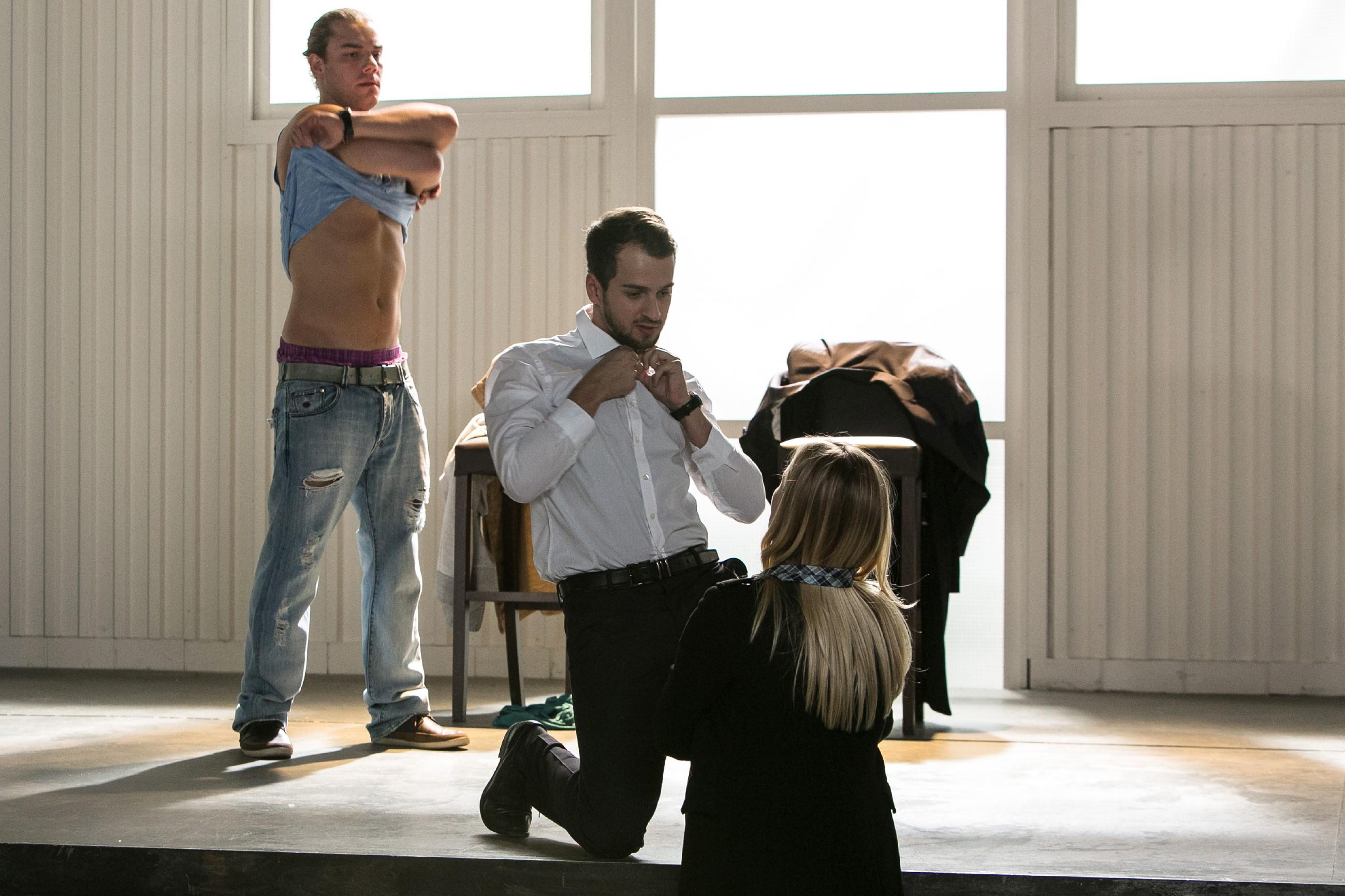 Leo (Julian Bayer, l.) und Tobi (Michael Jassin) lassen sich auf ein ungewöhnliches Battle ein und strippen vor Isabelle (Ania Niedieck). (Quelle: RTL / Kai Schulz)