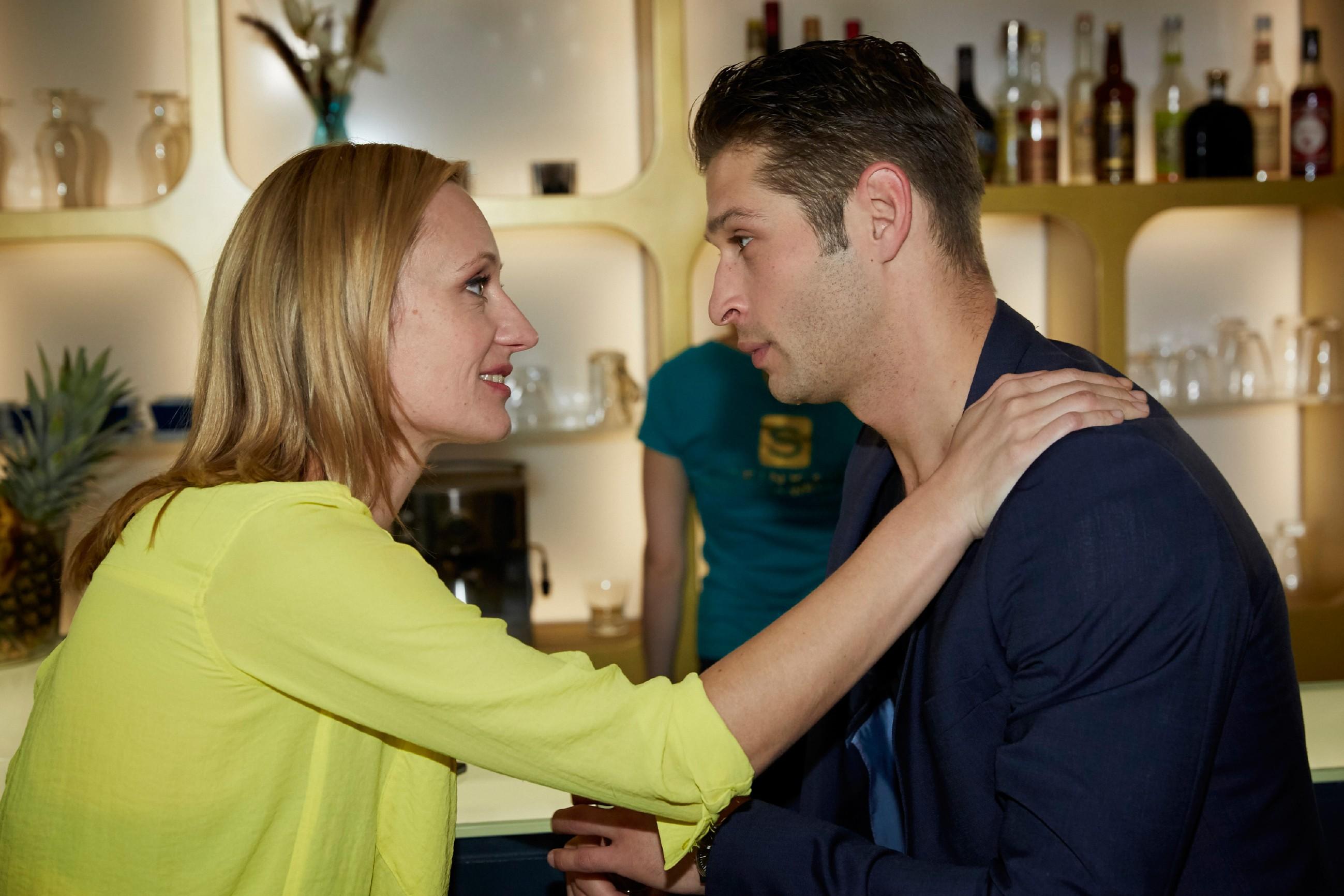 Deniz (Igor Dolgaschew) kann Sonjas (Barbara Sotelsek) Freude über das Jobangebot nicht teilen, gefährdet es doch ihre Beziehung... (Quelle: RTL / Guido Engels)