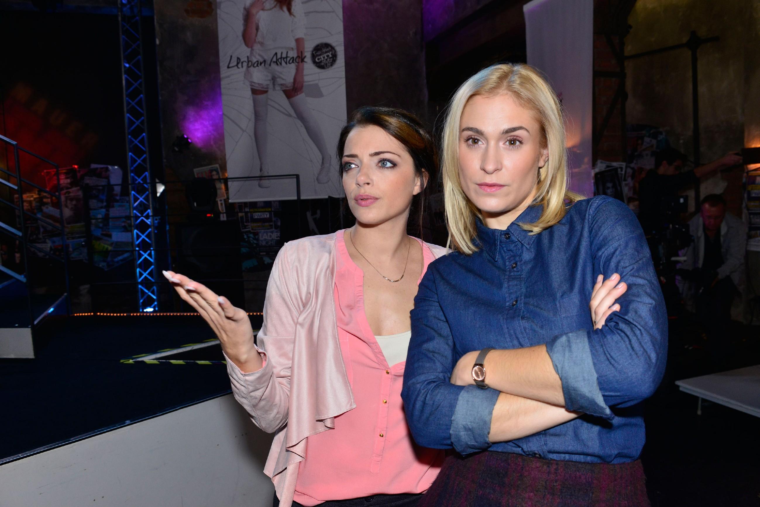 Emily (Anne Menden, l.) und Sophie (Lea Marlen Woitack) sind genervt, weil Jasmin bisher noch nicht zum Fitting für die Modenschau erschienen ist. (Quelle: RTL / Rolf Baumgartner)