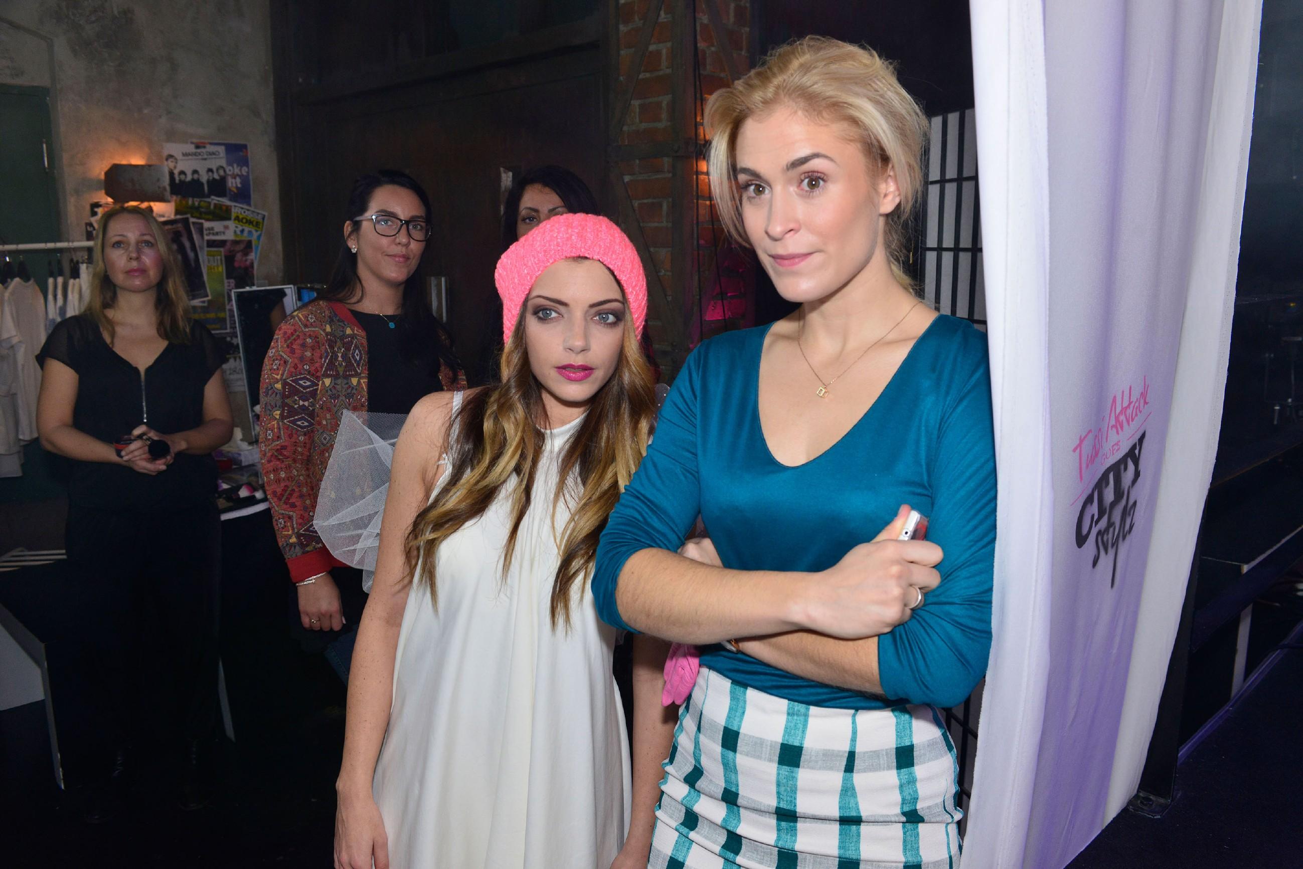 """Emily (Anne Menden, l.) und Sophie (Lea Marlen Woitack) hoffen, dass die """"Tussi Attack""""-Modenschau ein voller Erfolg wird. (Quelle: RTL / Rolf Baumgartner)"""