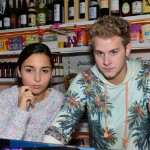 Als Jonas (Felix van Deventer) sich im Spätkauf auf die Lauer legt und Detektiv spielt, genießt Selma (Rona Özkan) den Moment der Nähe. (Quelle: RTL / Rolf Baumgartner)