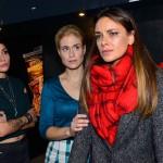 Anni (Linda Marlen Runge, l.) und Sophie (Lea Marlen Woitack, M.) sind besorgt, als die völlig fertige Jasmin (Janina Uhse) auf der Modenschau vor Publikum und Presse fliehen will. (Quelle: RTL / Rolf Baumgartner)