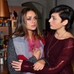 Anni (Linda Marlen Runge, r.) kümmert sich um Jasmin (Janina Uhse), die nach der Begegnung mit Frederic völlig aufgelöst zu ihr kommt. (Quelle: RTL / Rolf Baumgartner)