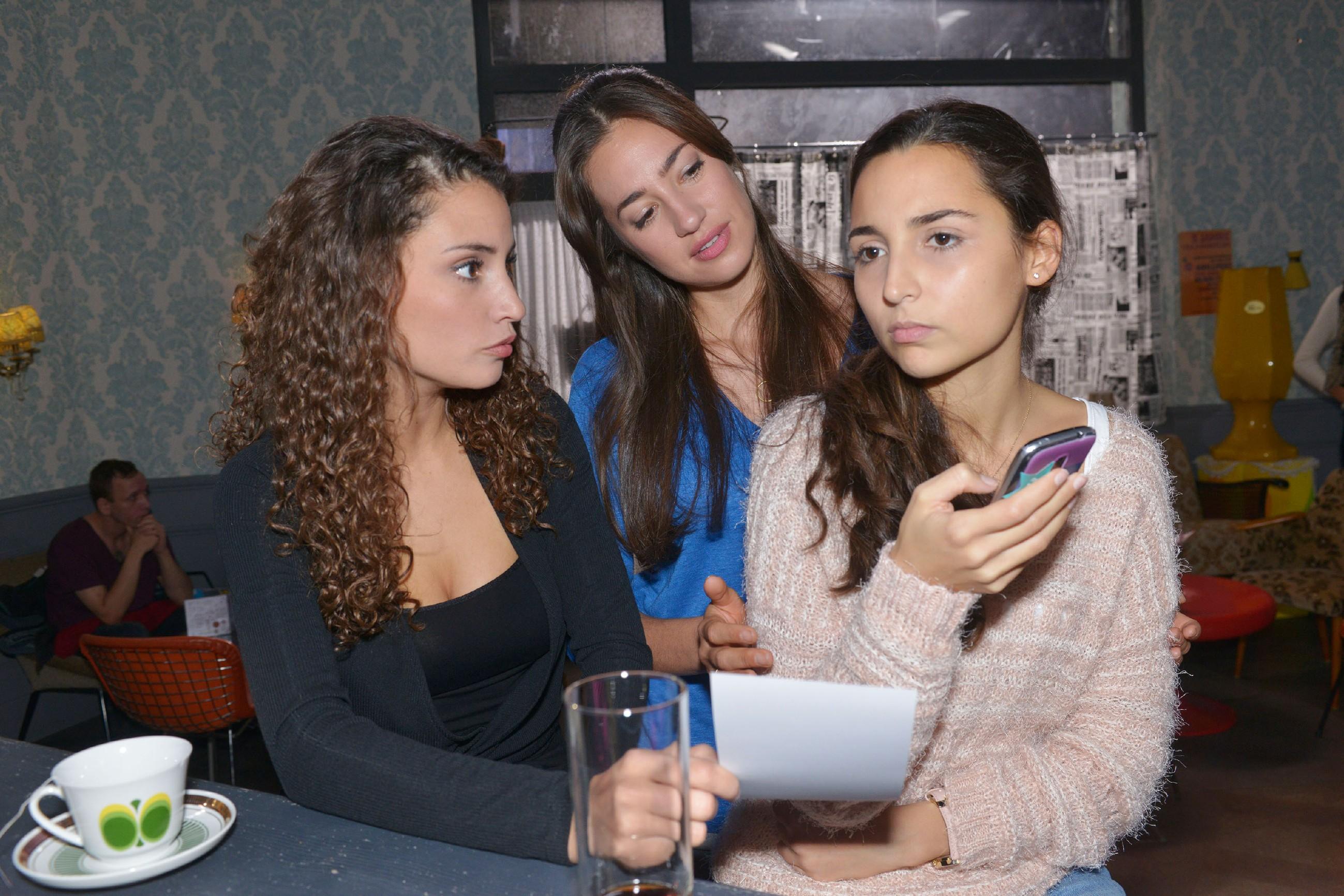 Ayla (Nadine Menz, l.) und Elena (Elena Garcia Gerlach, M.) kümmern sich um Selma (Rona Özkan), die Liebeskummer wegen Jonas hat. (Quelle: RTL / Rolf Baumgartner)