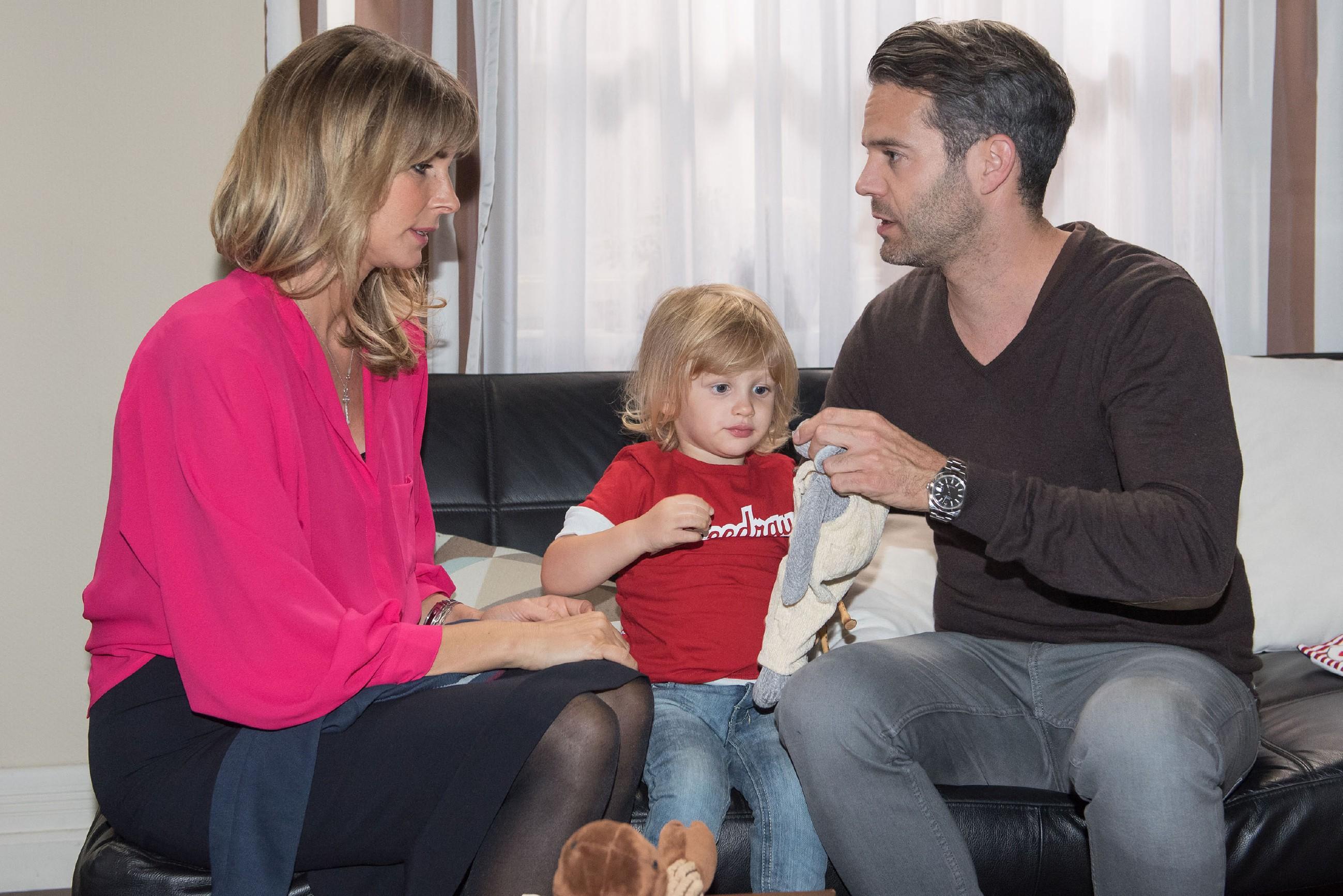 Till (Ben Ruedinger, r.) nimmt Evas (Claudelle Deckert) Sorge um Noah (Finn Luca Cramer) ernst. (Quelle: RTL / Stefan Behrens)