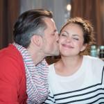 Malte (Stefan Bockelmann) ist froh, dass Caro (Ines Kurenbach) dem Streit um die Schüssel vermeintlich ein Ende gesetzt hat. (Quelle: RTL / Stefan Behrens)
