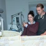 Sina (Valea Scalabrino) und Bambi (Benjamin Heinrich) hoffen, dass die Medikamente bei Amelie anschlagen und ihr Baby schnell wieder gesund wird. (Quelle: RTL / Stefan Behrens)