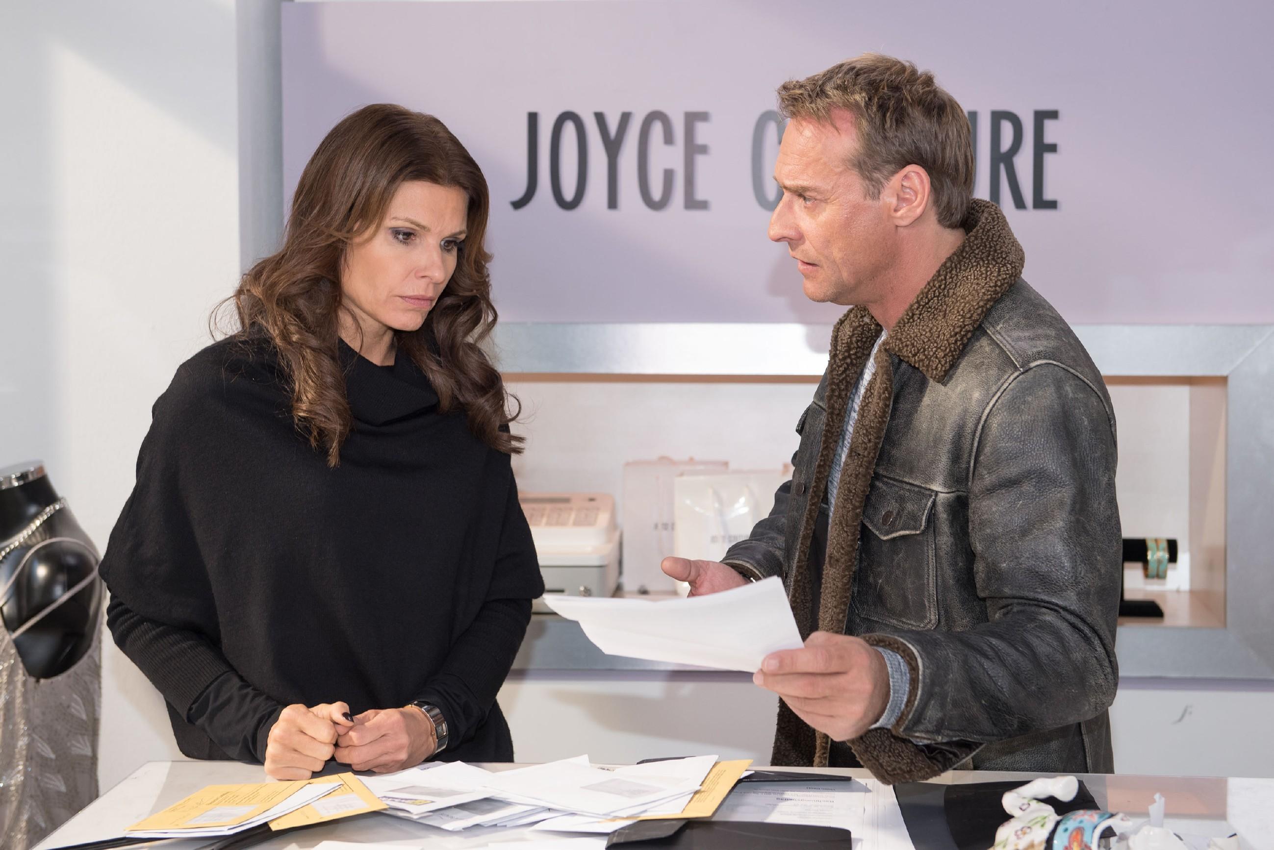 Britta (Tabea Heynig) bleibt nichts anderes übrig, als Rufus (Kai Noll) zu gestehen, dass sie pleite ist. Der ist fassungslos, weil seine Freundin ihm monatelang etwas vorgemacht hat... (Quelle: RTL / Stefan Behrens)